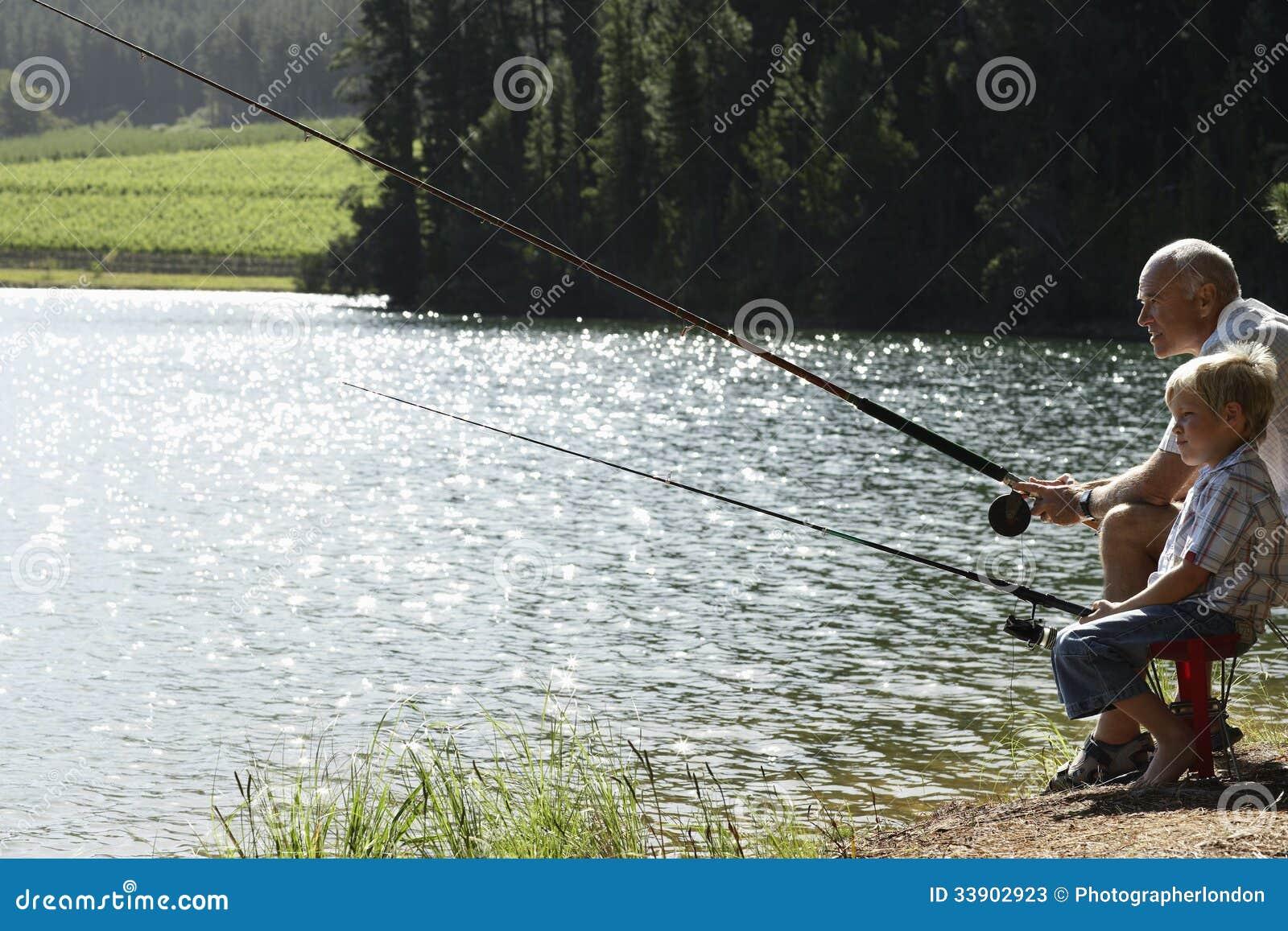Рыбная ловля деда и внука озером