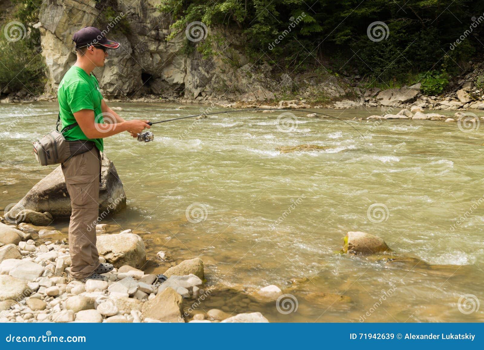 Рыбная ловля форели в реке горы