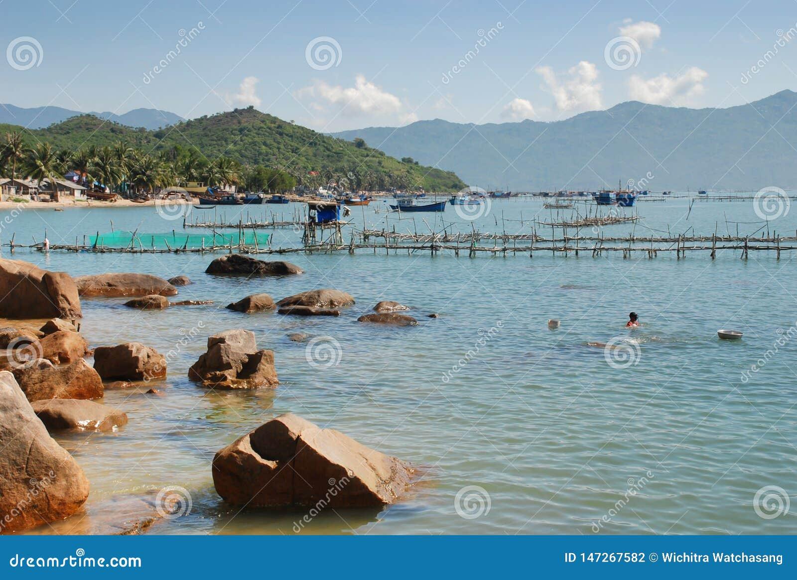 Рыбоводческое хозяйство моря Клетки для морского волка обрабатывать землю рыб на Nha Trang, Вьетнаме