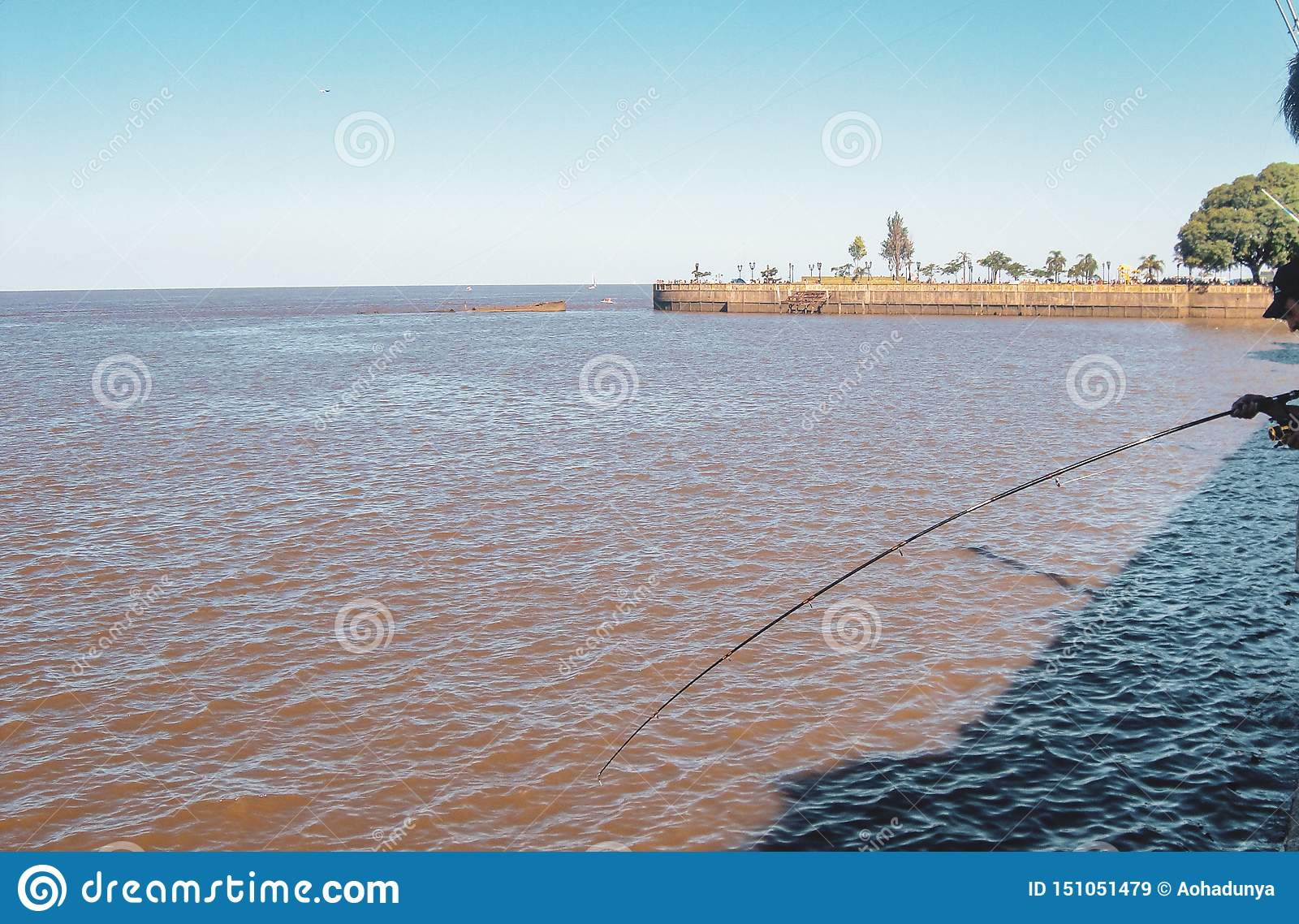 Рыболовы около международного аэропорта Джордж Newbery в Буэносе-Айрес