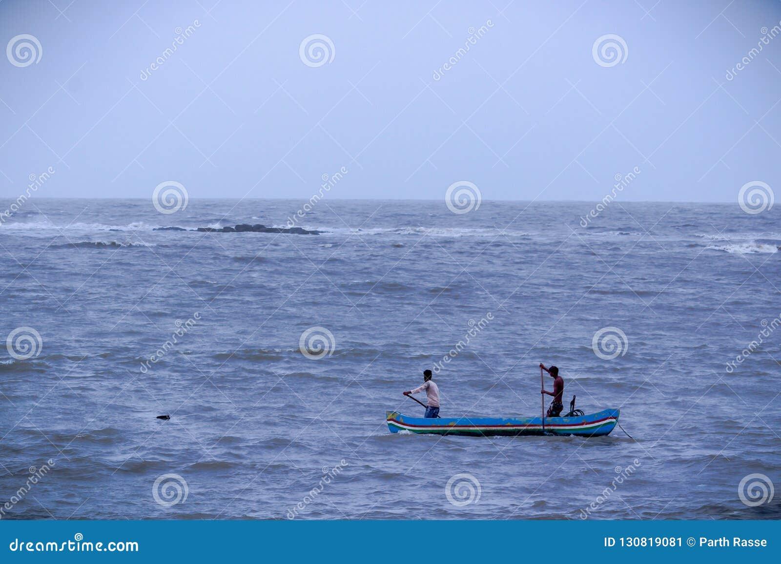 2 рыболов в шлюпке в Аравийском море, Мумбай, Индия
