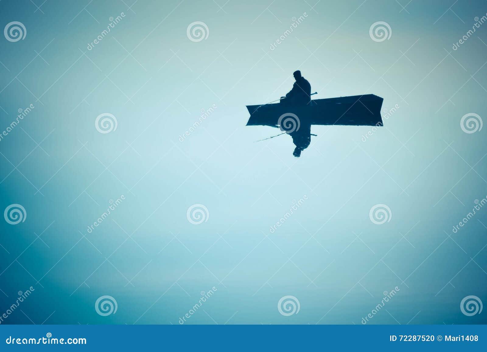 Download Рыболов в шлюпке с отражением, отраженной воде Стоковое Фото - изображение насчитывающей раньше, влияние: 72287520