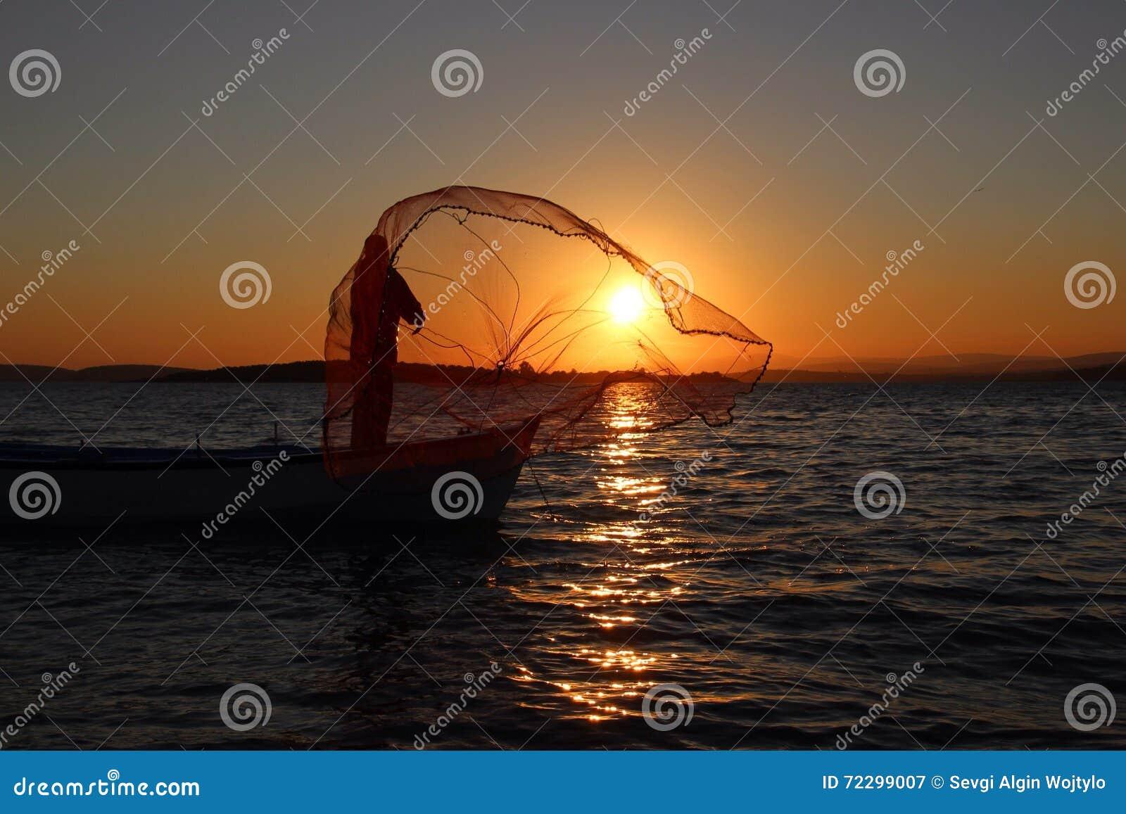 Download Рыболов и заход солнца стоковое изображение. изображение насчитывающей еда - 72299007