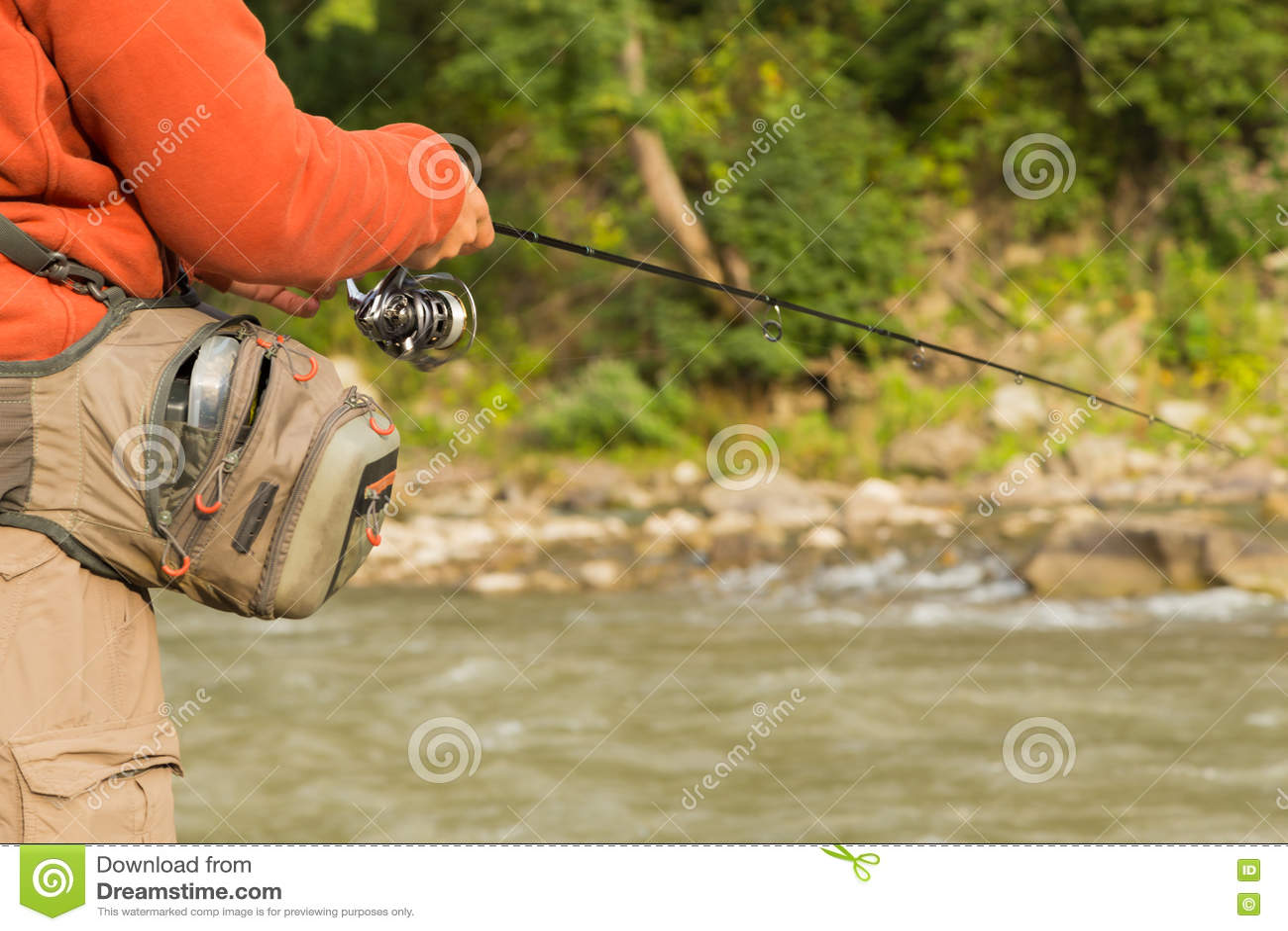 Рыболов на реке горы