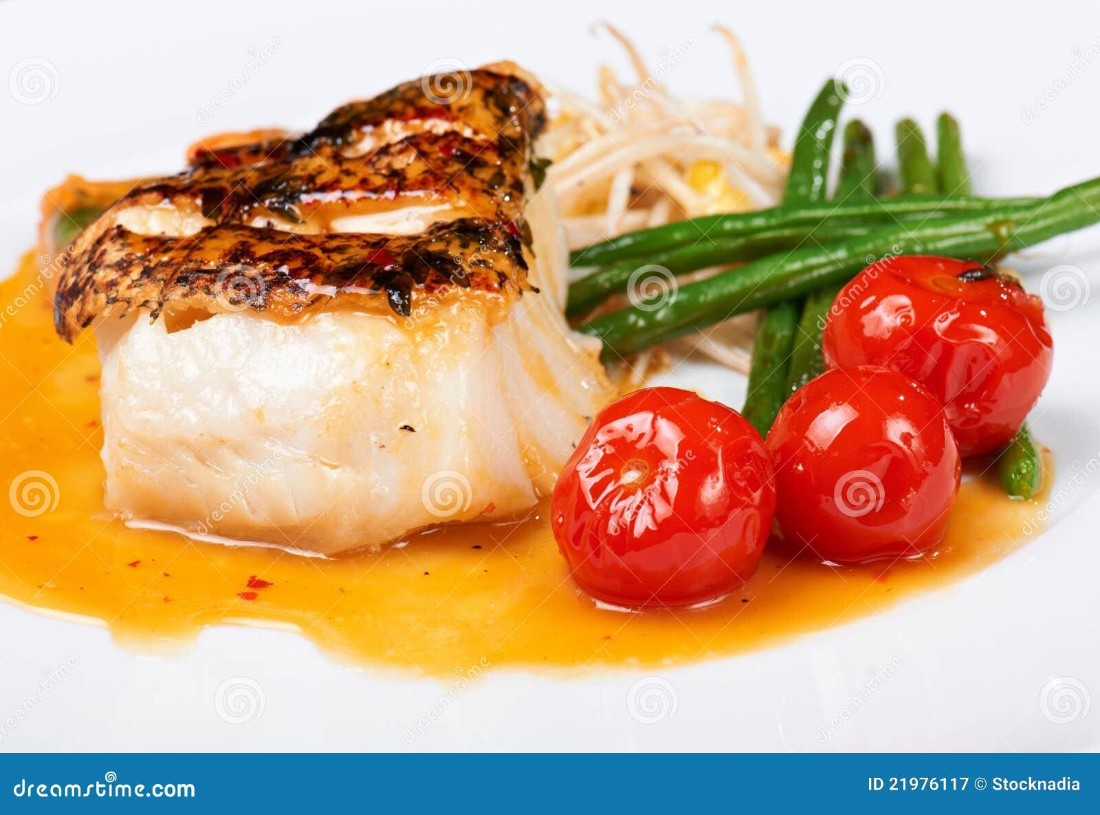 рыбы гарнируют зажжено