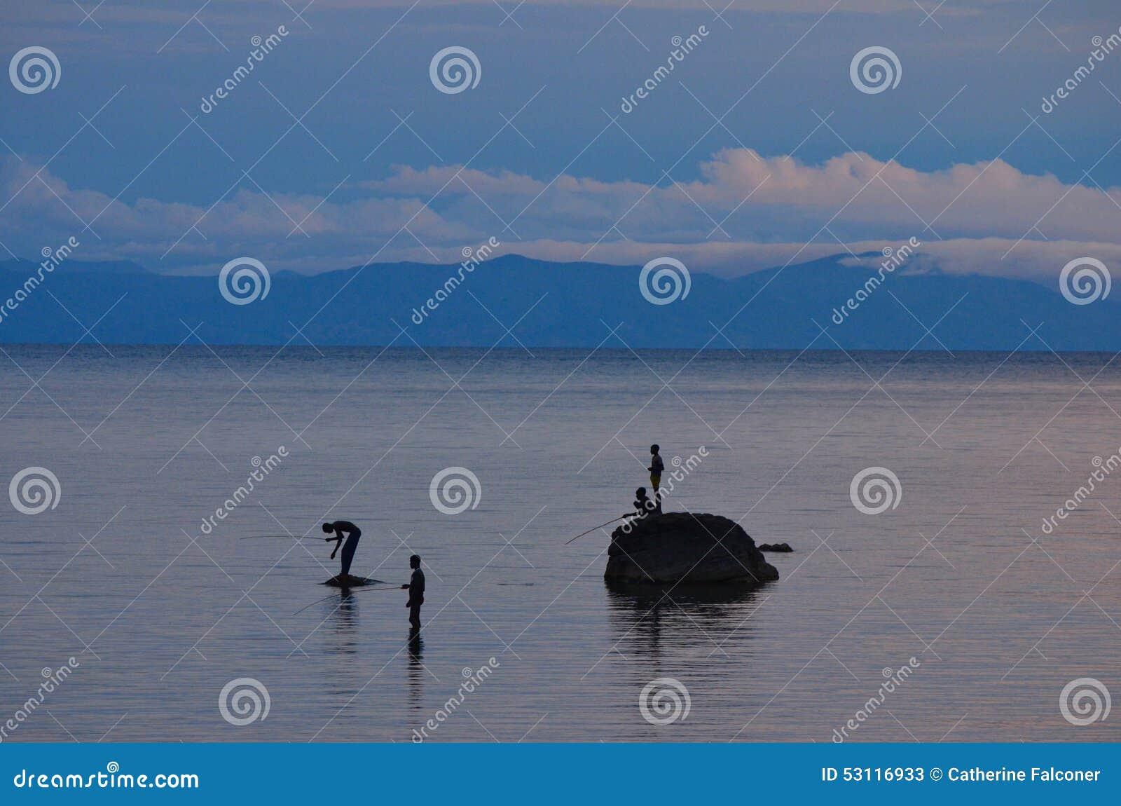 Рыбы людей от утесов на озере Малави