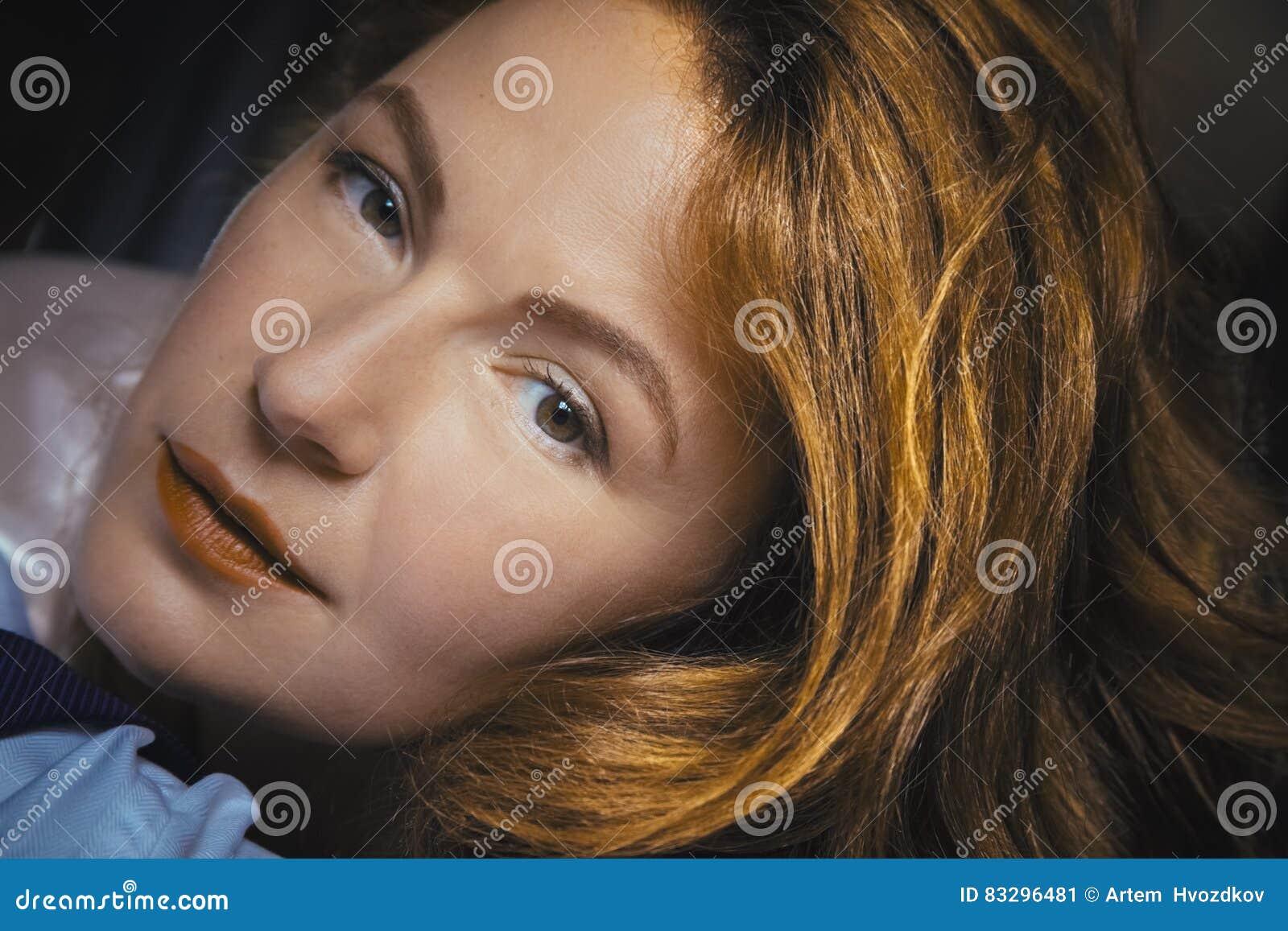 Женщина смотрит на губы фото 214-452