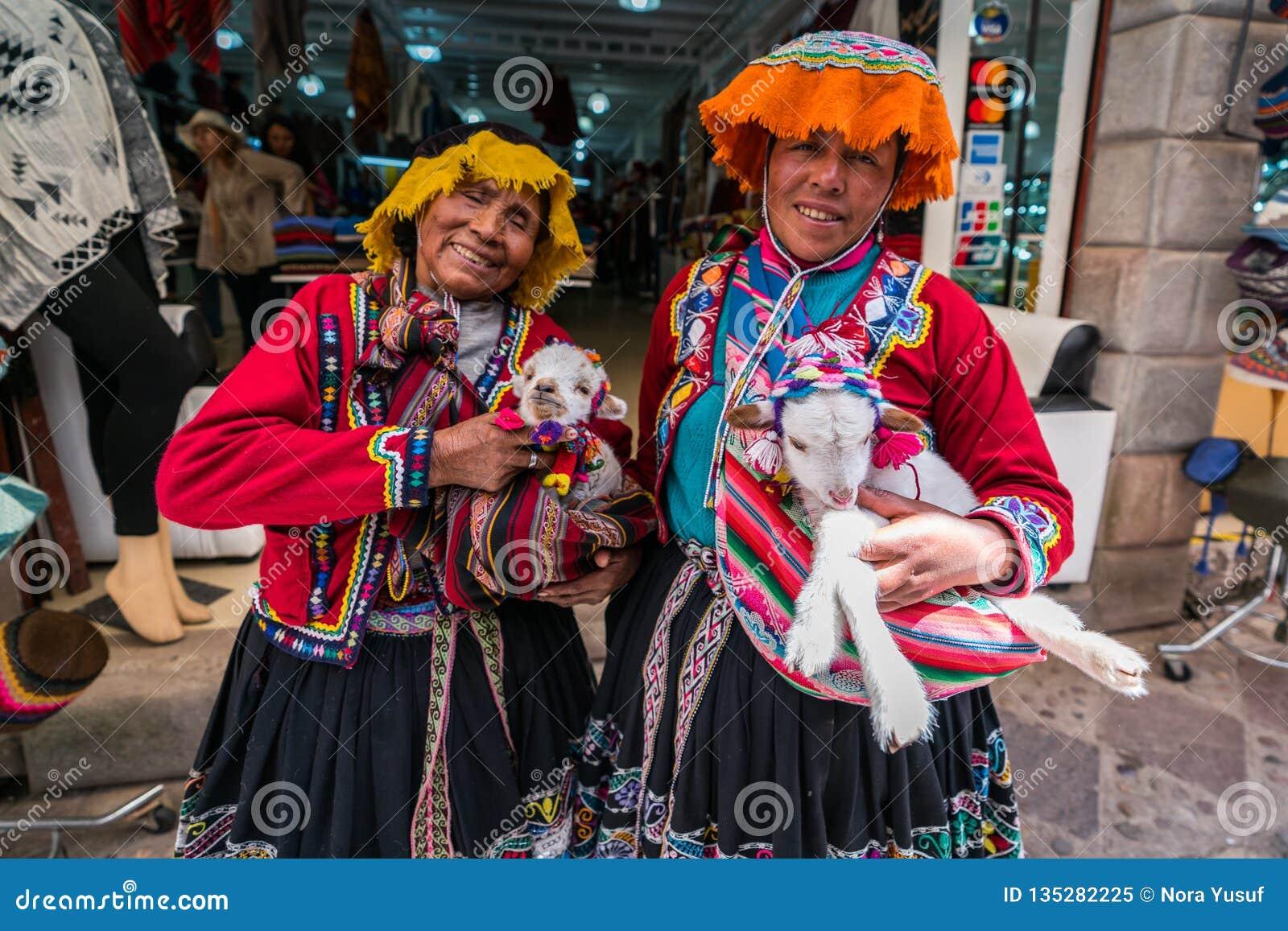 Рынок Pisac, Перу - сентябрь 2018 - перуанские женщины в традиционной одежде
