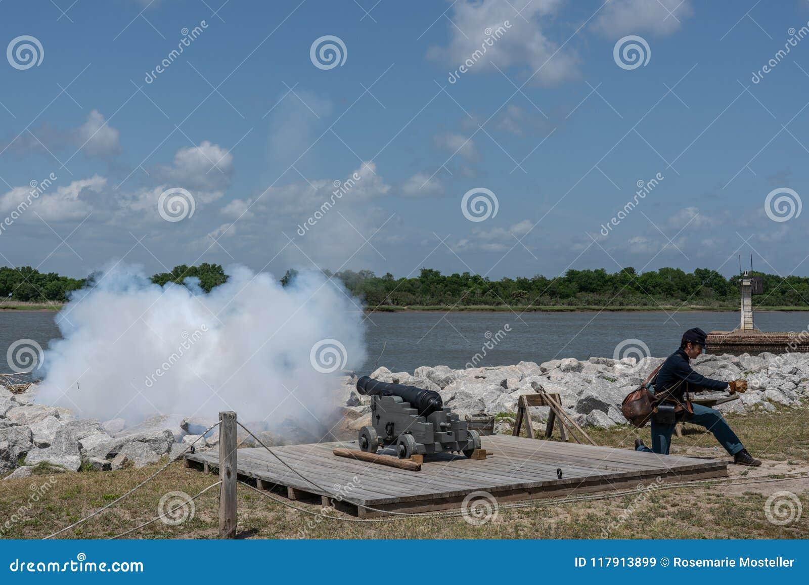 Саванна, Georgia - 14-ое апреля 2018: Reenactor увольняет повседневность карамболя на старом форте Джексоне