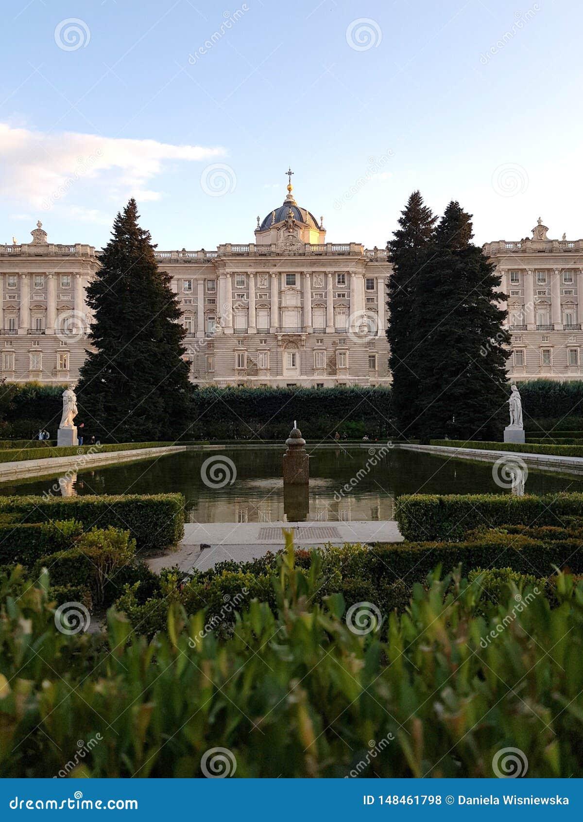 Сады и королевский дворец Мадрида