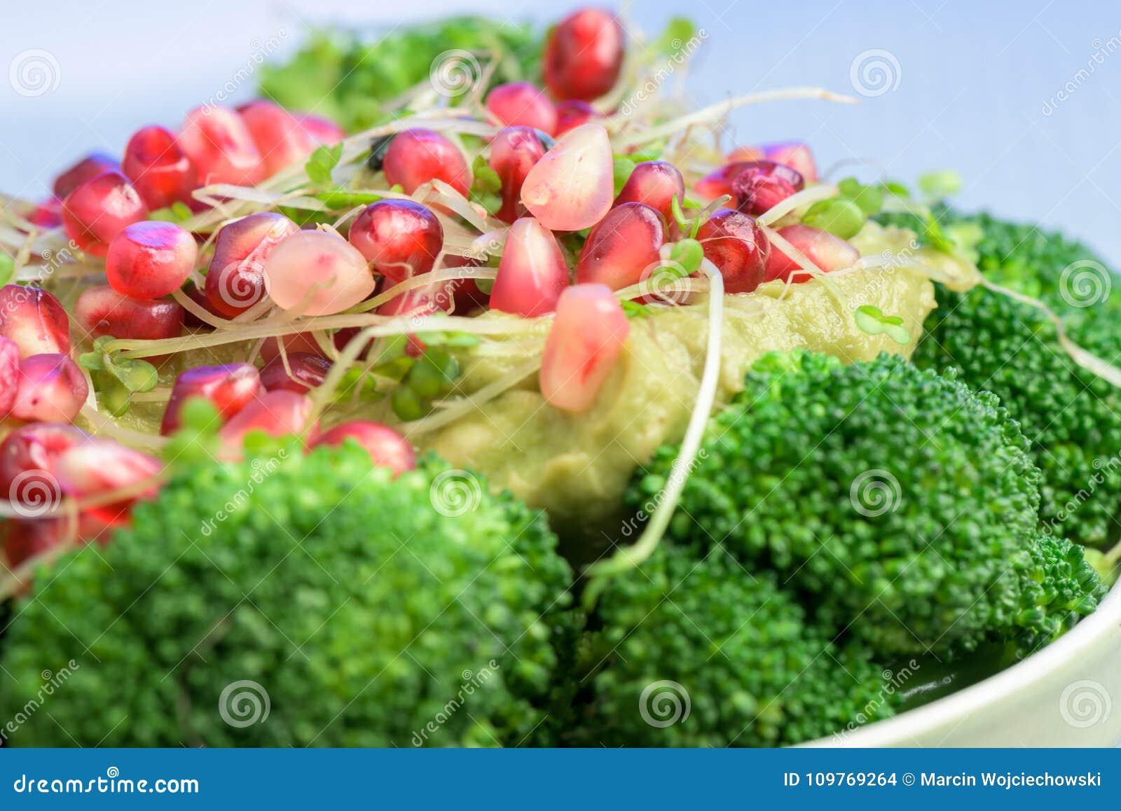 Салат брокколи с гранатовым деревом и авокадо sauce - здоровая еда