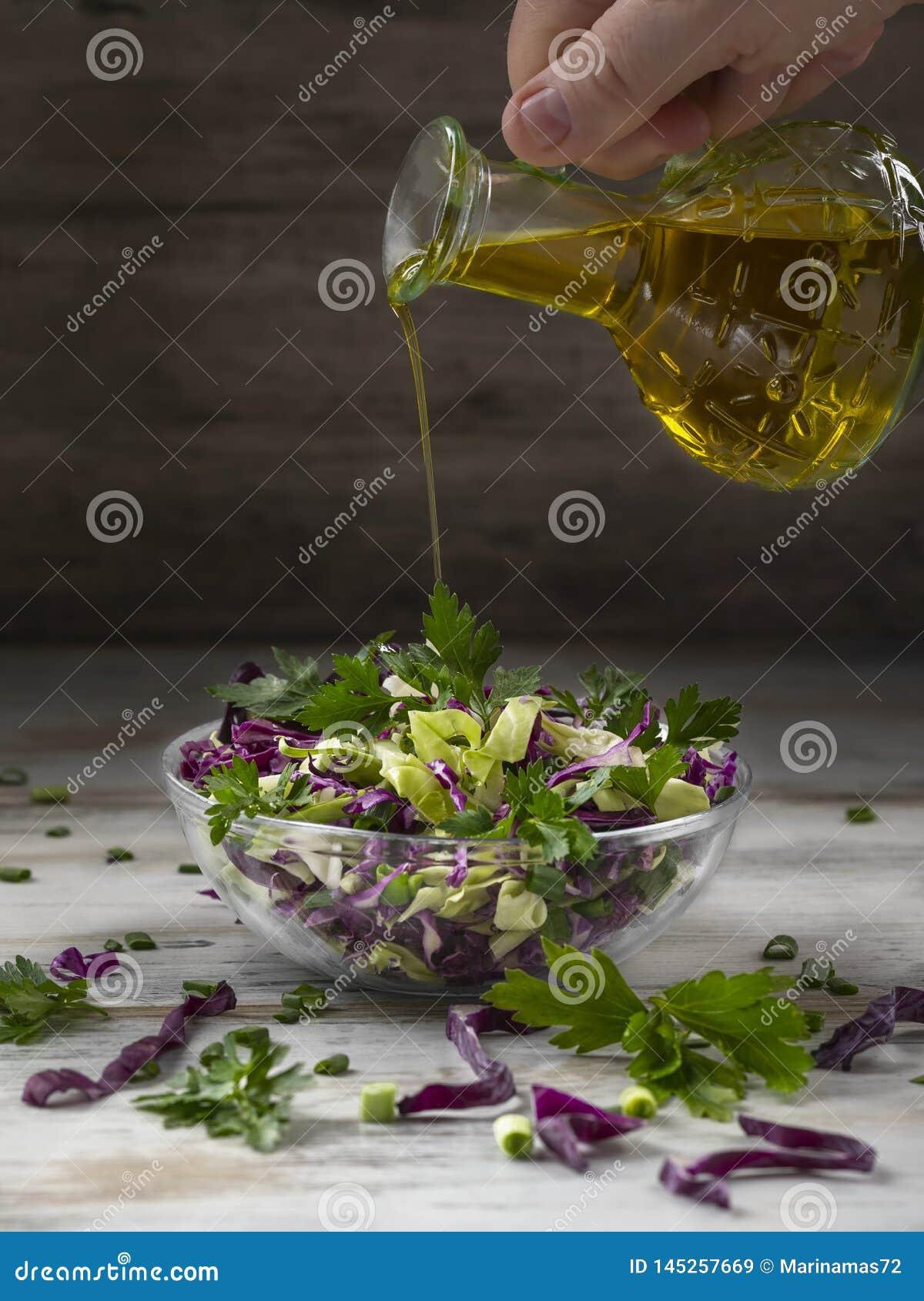 Салат красной капусты в стеклянные салатницы