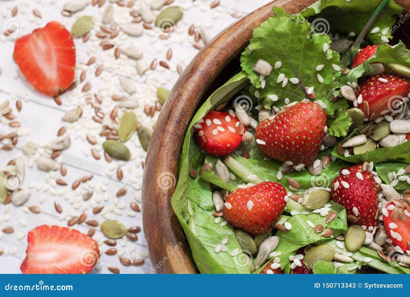 Салат лета диеты с клубниками, салатом и семенами, легкой закуской, здоровой едой,