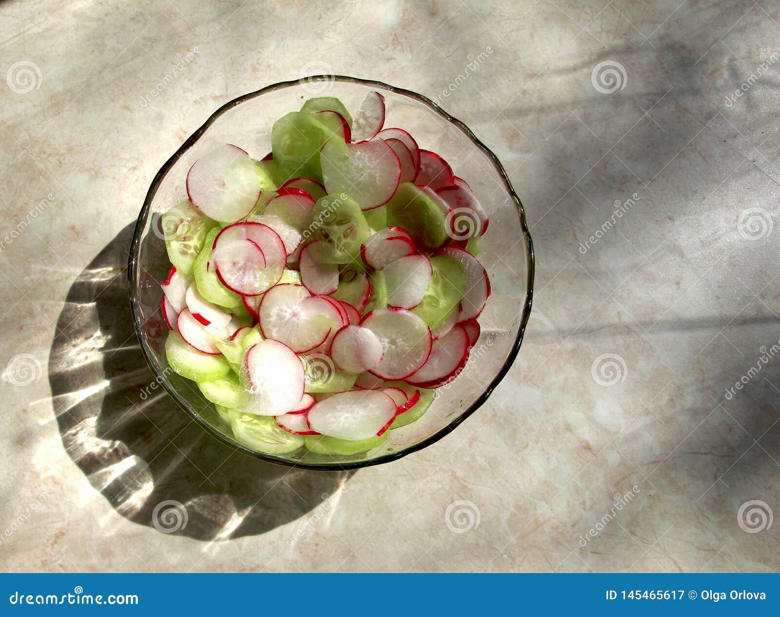 Салат сделанный из огурцов и редисок