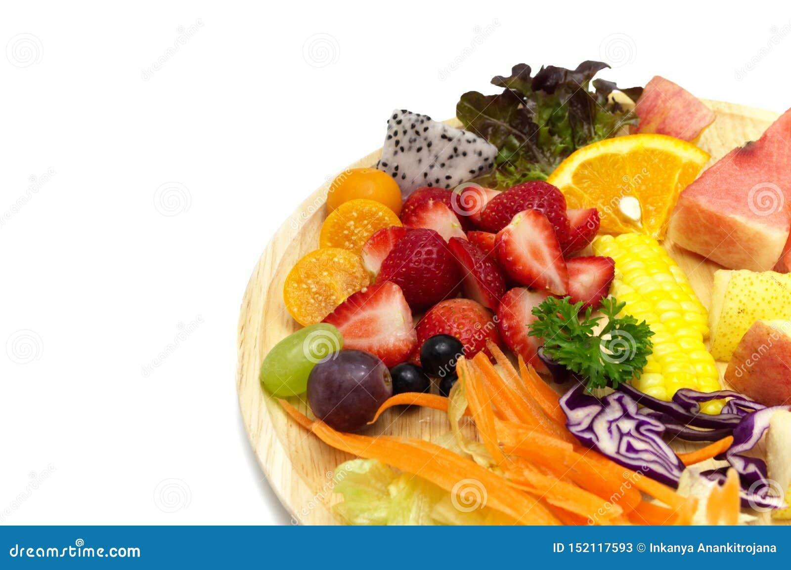 Салат со смешанными фруктами и овощами