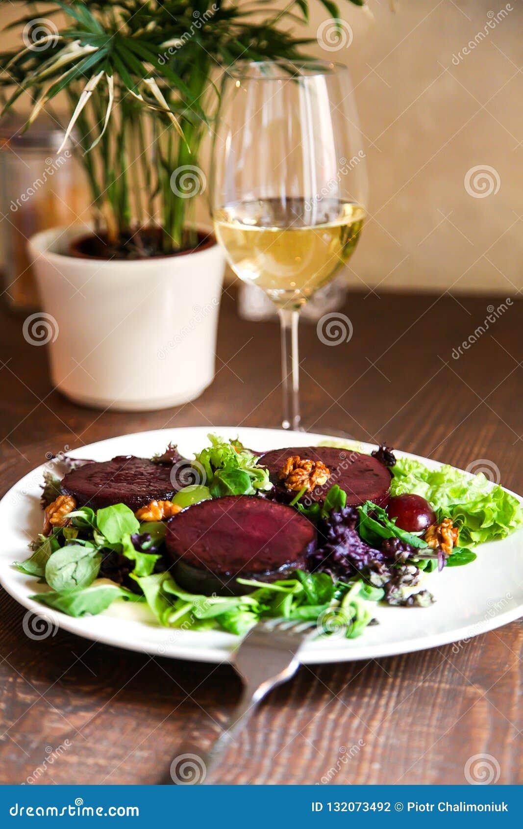Салат стейка бураков с соусом, виноградинами и грецкими орехами голубого сыра