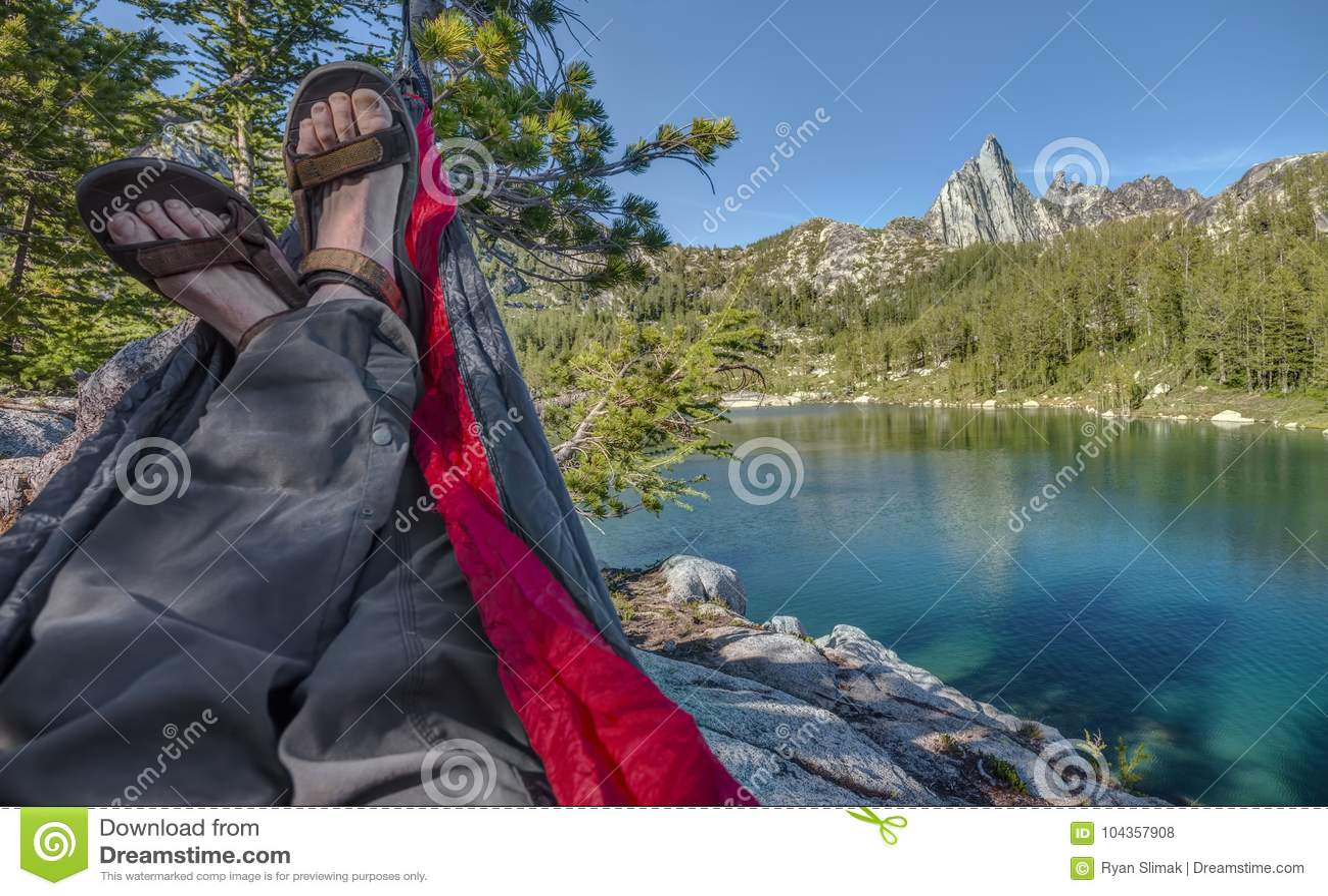 Салоны Hiker в гамаке над высокогорным озером