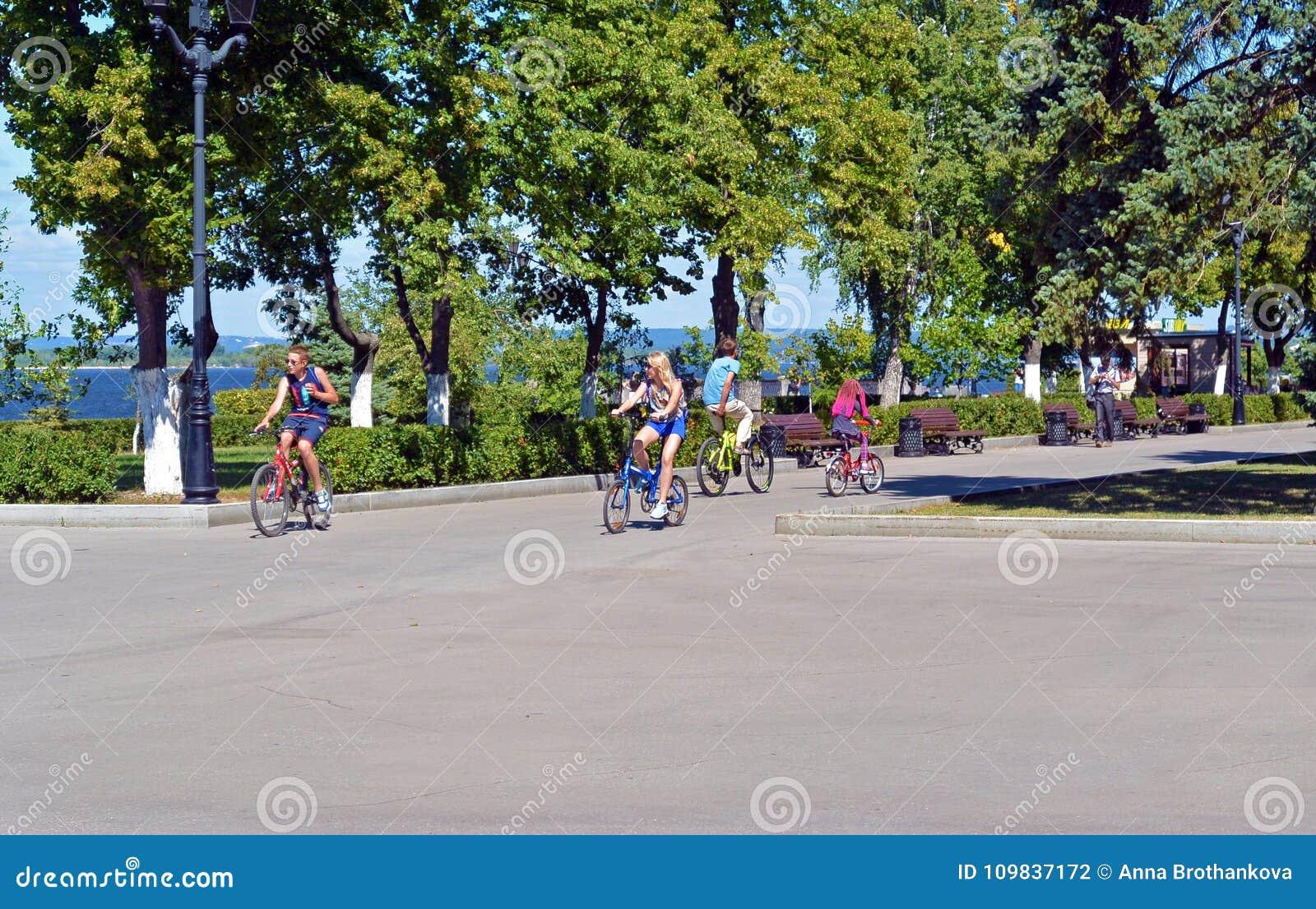 Самара 10-ое августа 2017, Россия - люди задействуя вдоль обваловки Рекы Волга