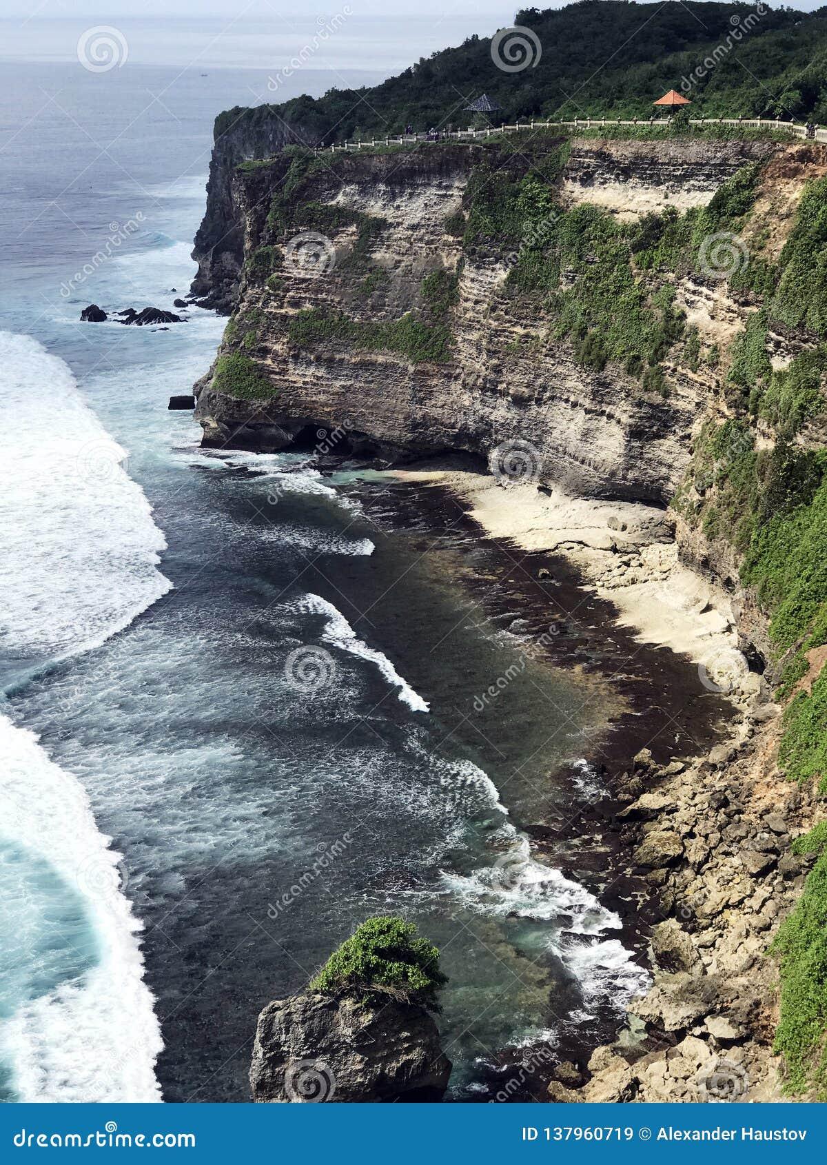 Самая красивая накидка Uluwatu в Бали обозревая океан