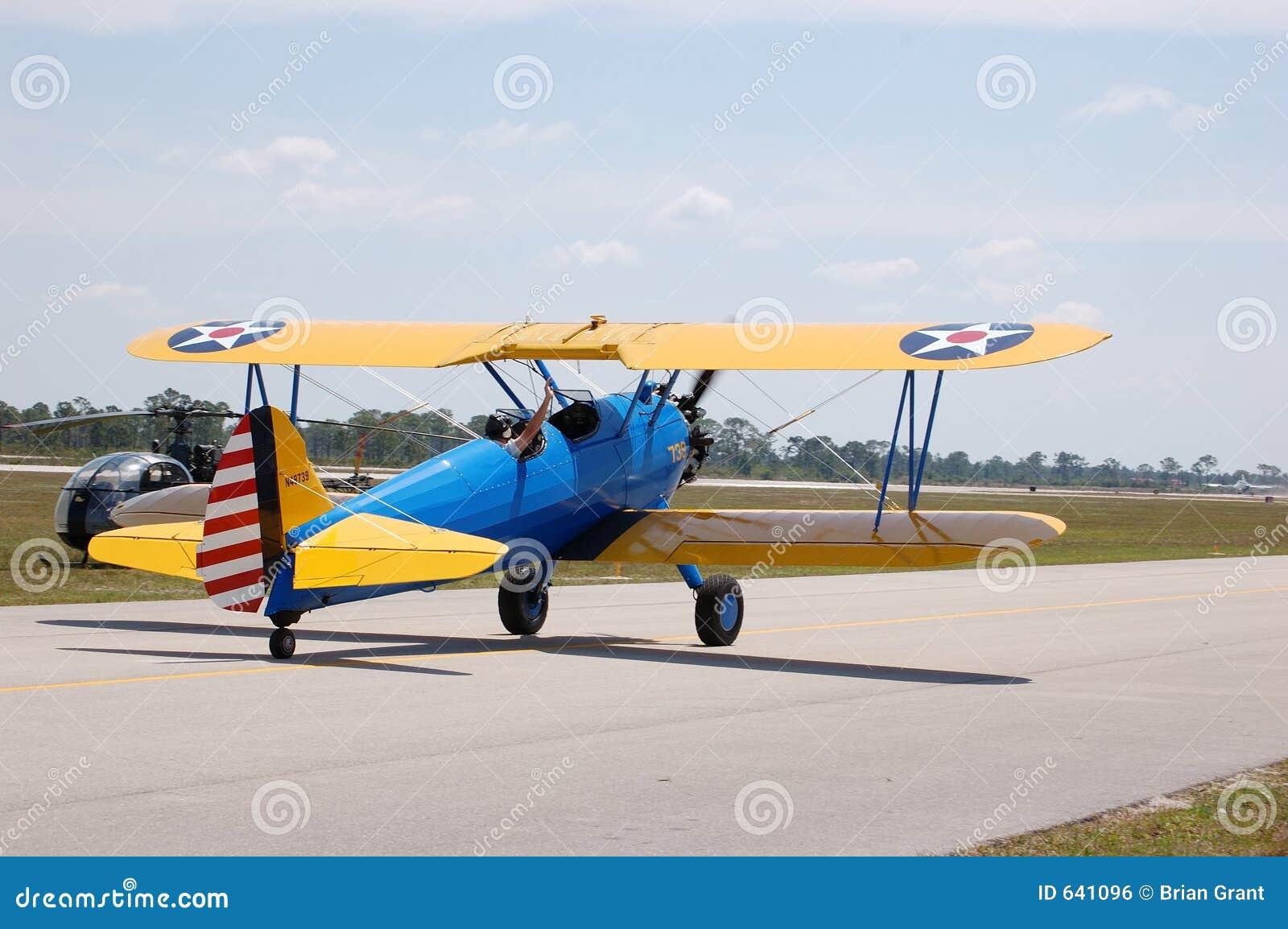 Download самолет-биплан stearman стоковое фото. изображение насчитывающей airbrush - 641096