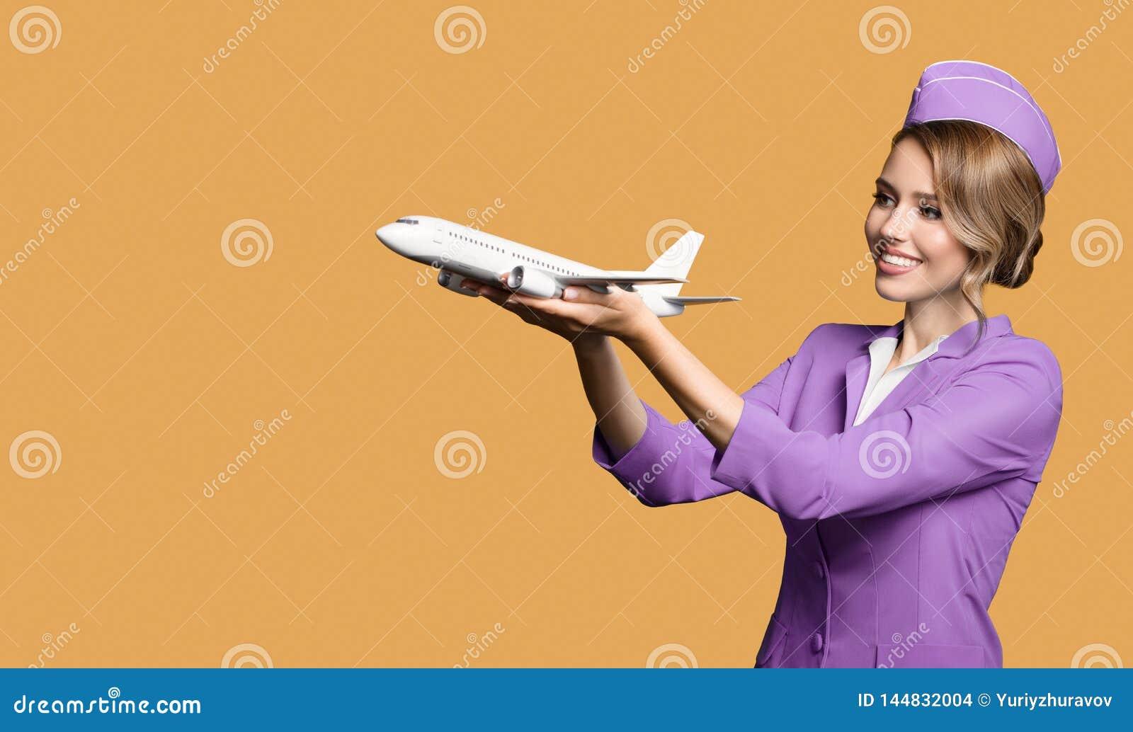 самолет удерживания stewardess в руке