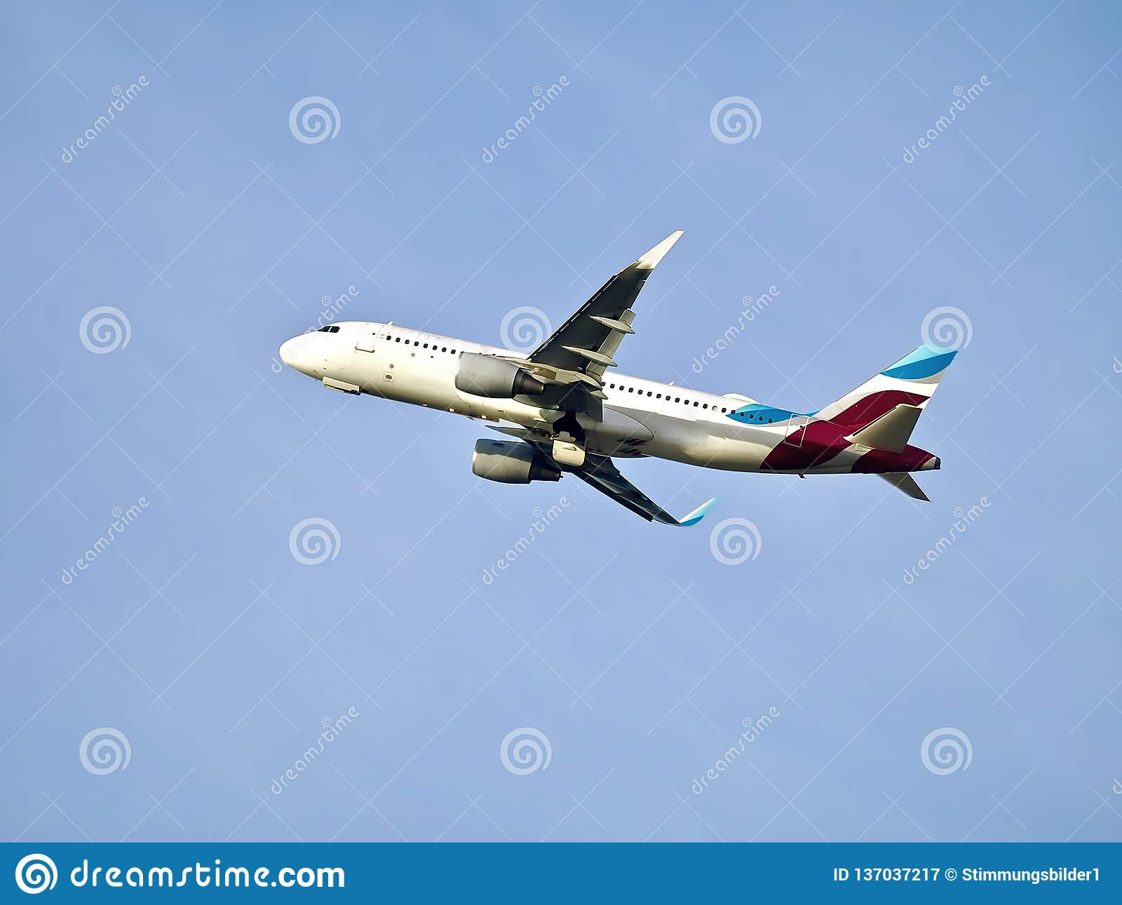 Самолет уходя от аэропорта