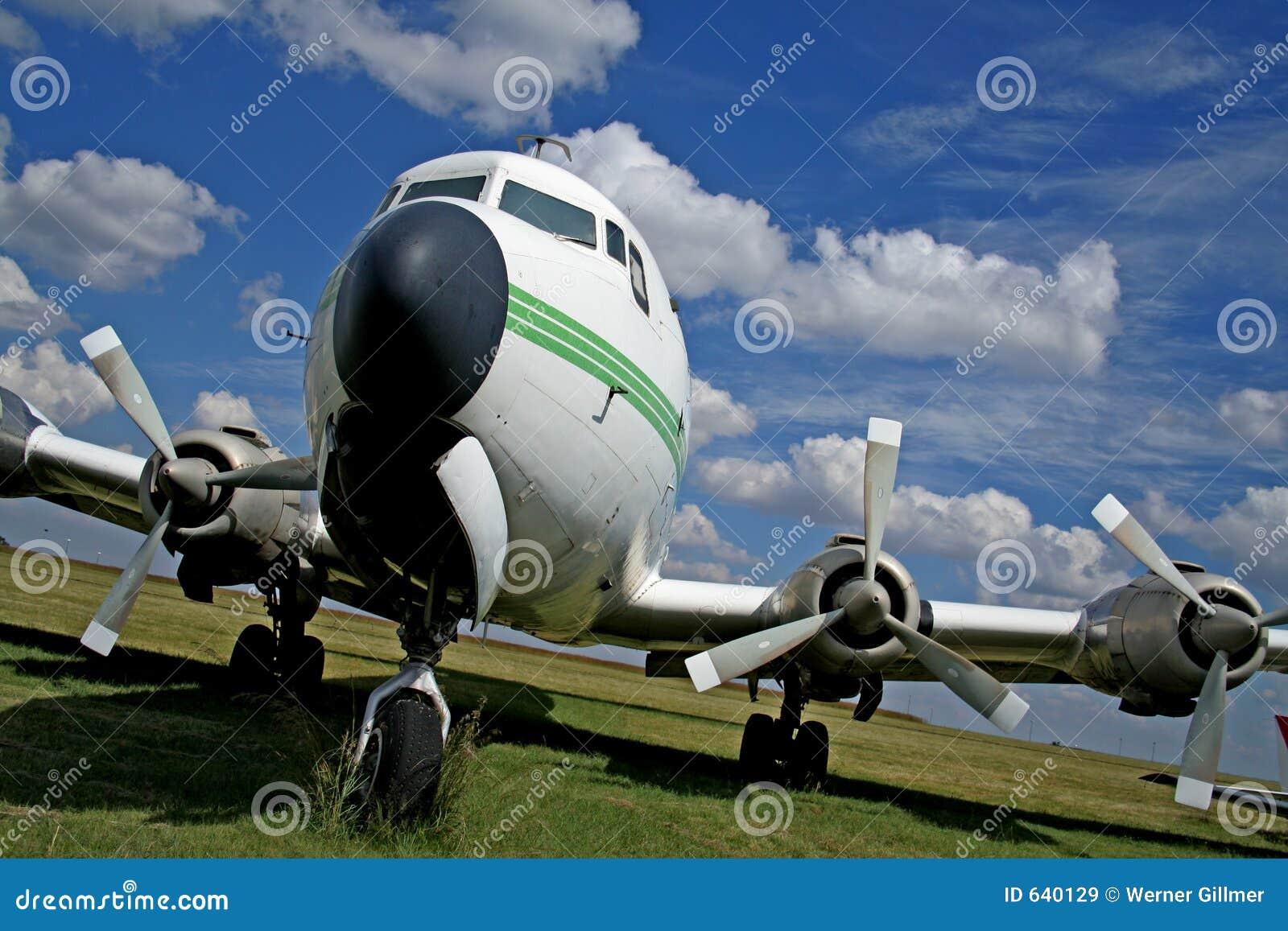 Download самолет стоковое изображение. изображение насчитывающей облака - 640129