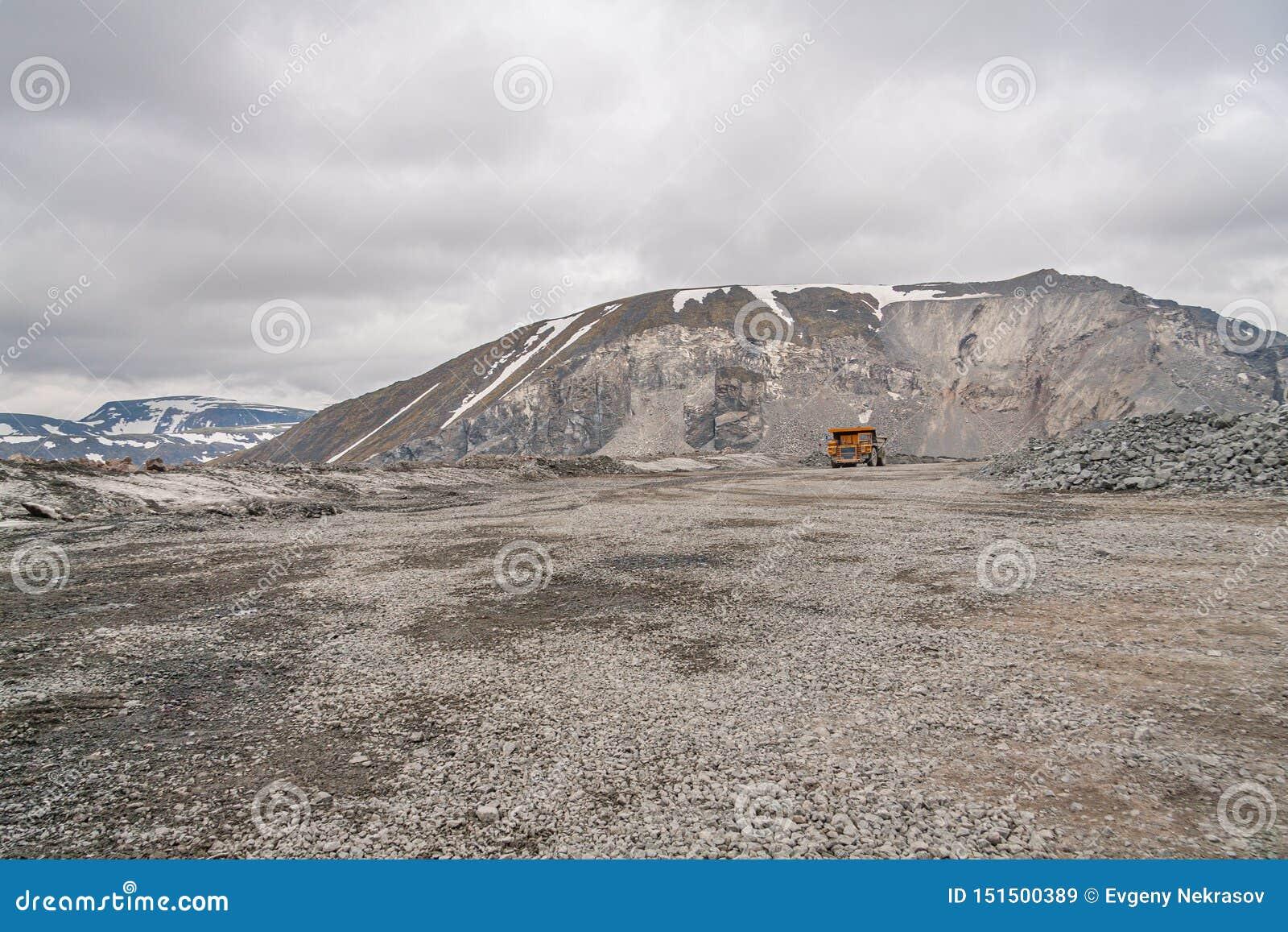 Самосвалы Gigat работают в шахте для продукции апатита в утесе нося области Мурманск