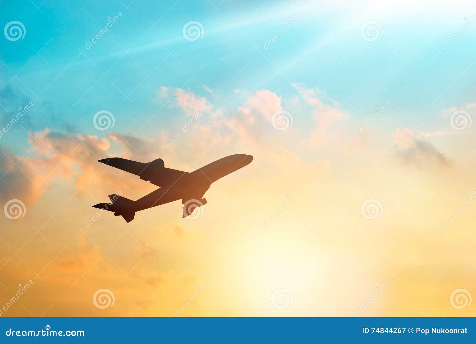 Самолет в небе и облаке на заходе солнца