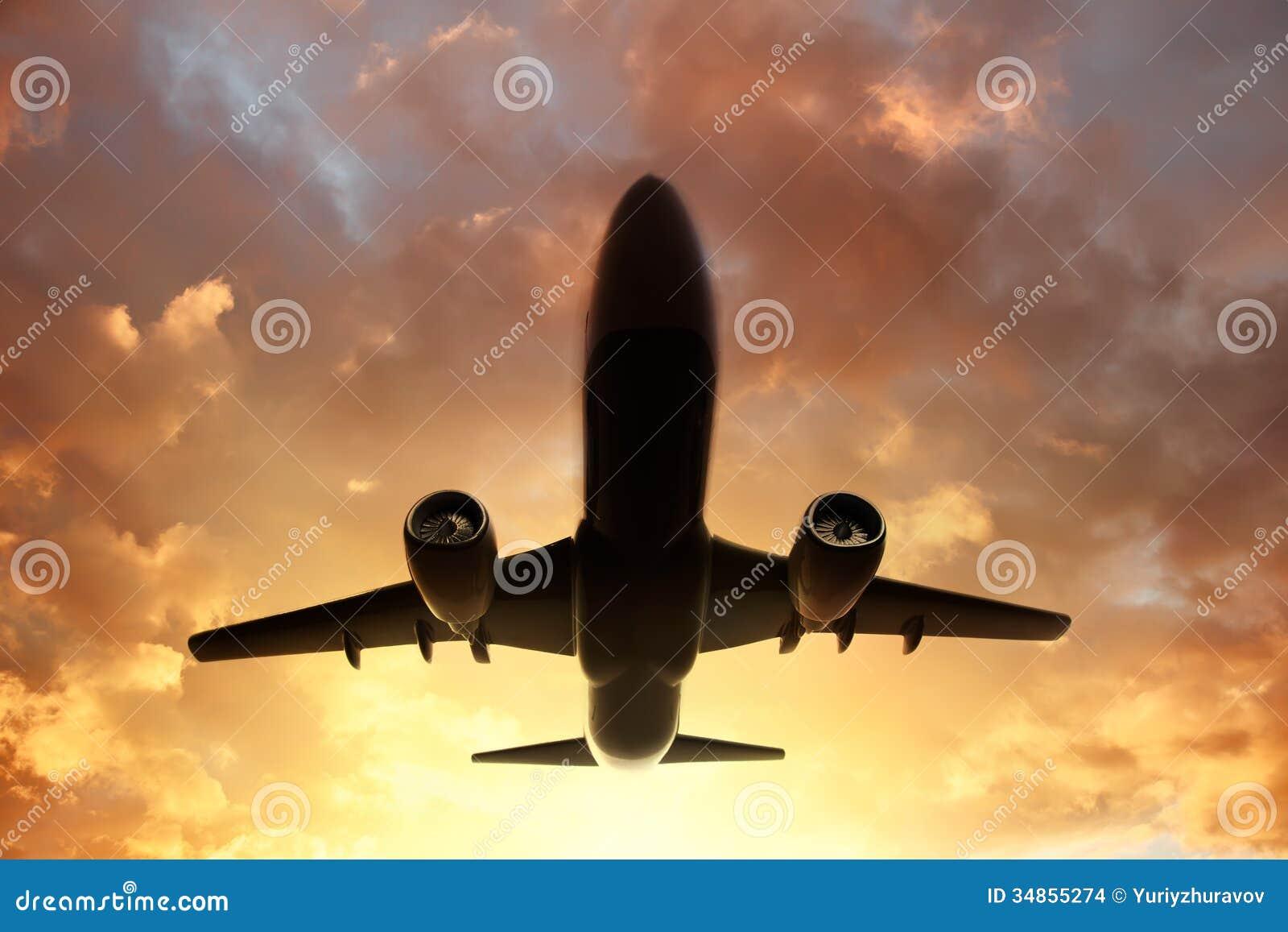 Самолет в небе на заходе солнца