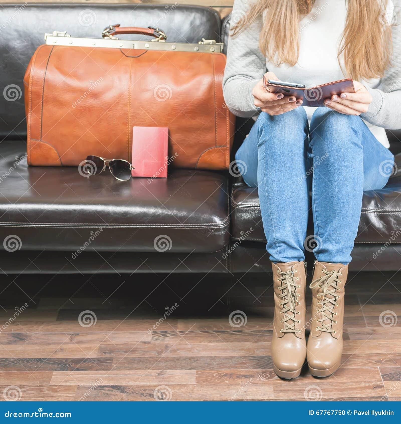 Самолет девушки ждать в rom салона VIP, авиапорте
