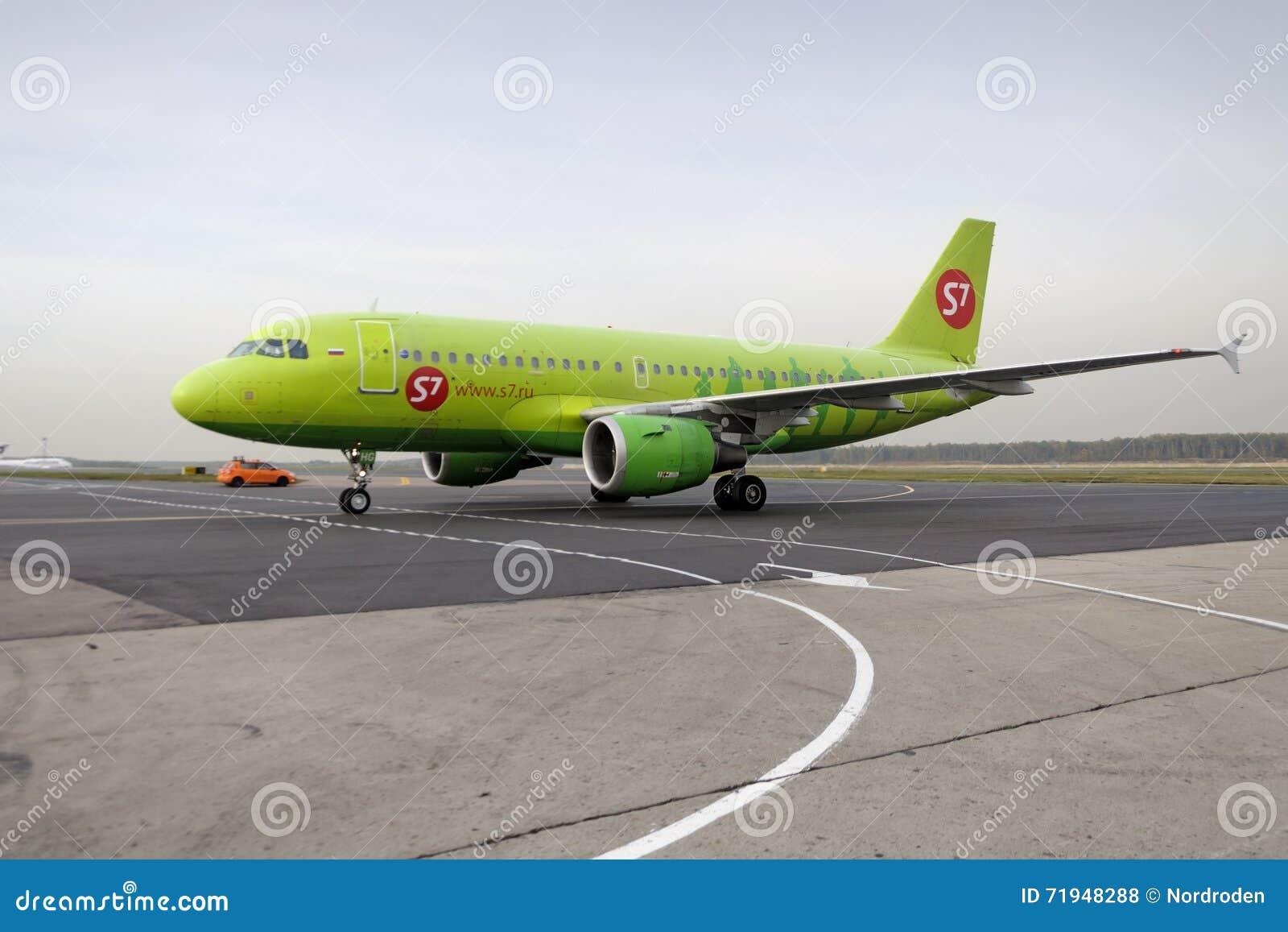 Самолет делает ездить на такси на международном аэропорте Domodedovo taxiway
