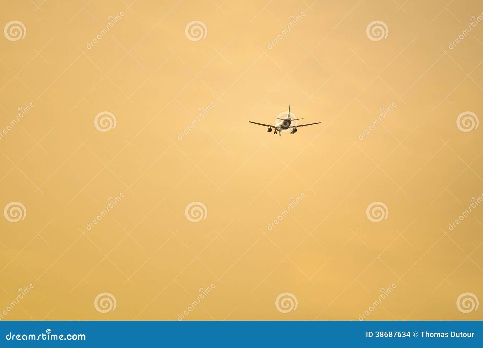 Самолет причаливая авиапорту