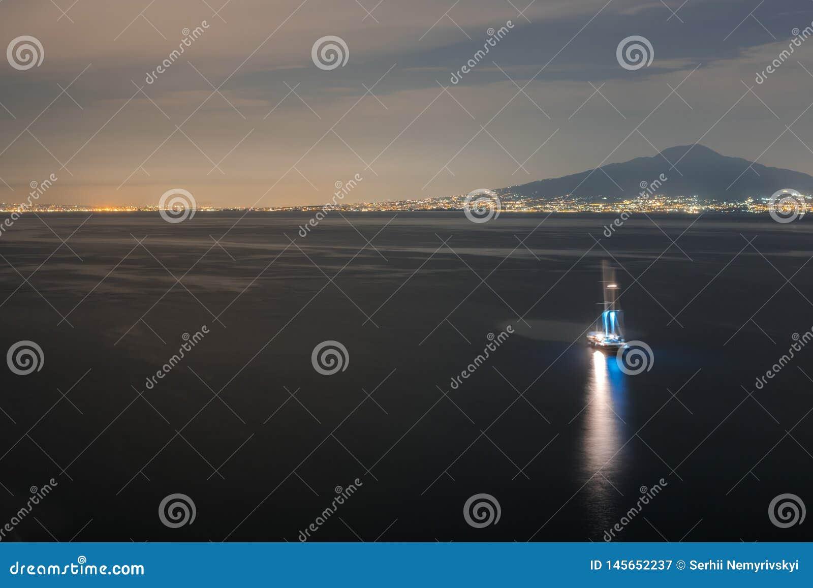Самый лучший взгляд залива Неаполь к ночь