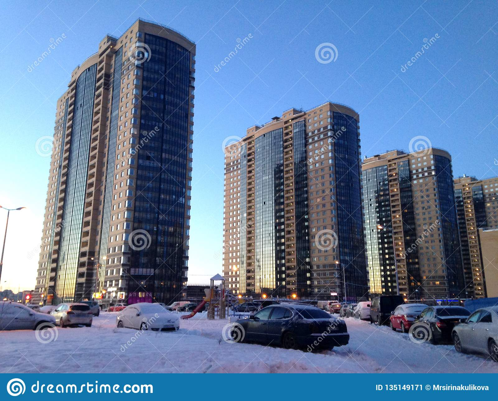 Санкт-Петербург, Россия - 9-ое февраля 2015: Новые жилые дома мульти-этажа в жилом районе северной долины