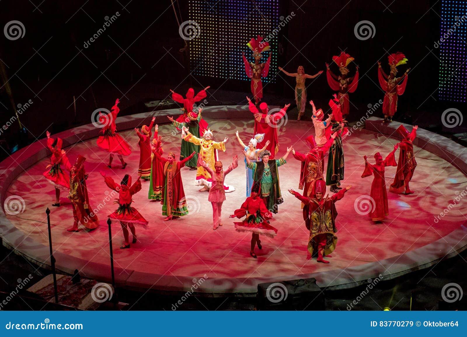 Санкт-Петербург, Россия - 8-ое января 2017: Представление цирка - вещее сновидение - доступ художников к смычку в конце pre