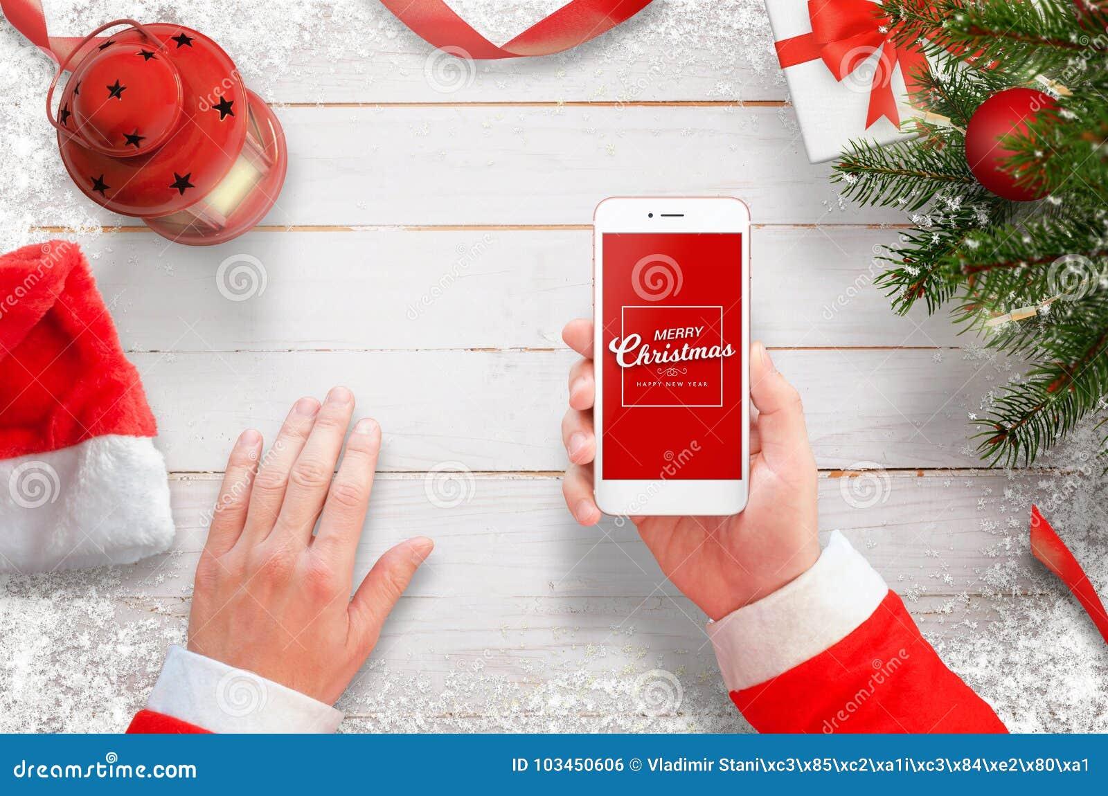 Санта с мобильным телефоном на столе работы Рождественская ...