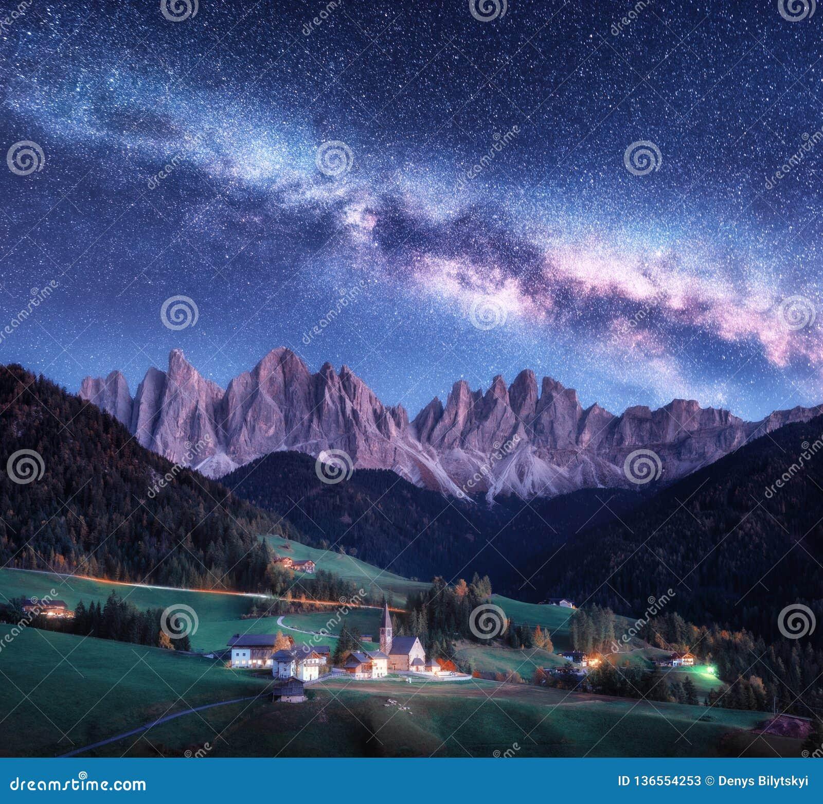 Санта Maddalena и млечный путь вечером в осени в Италии