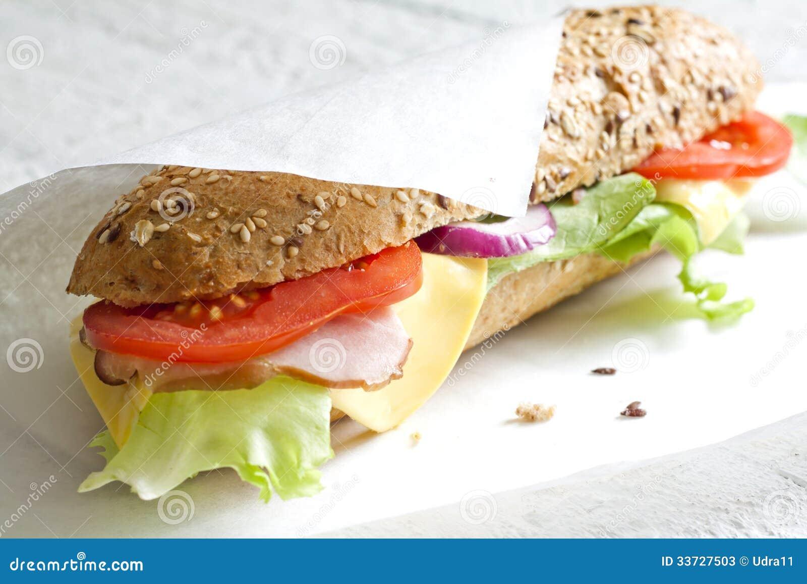 Сандвич на белой бумаге