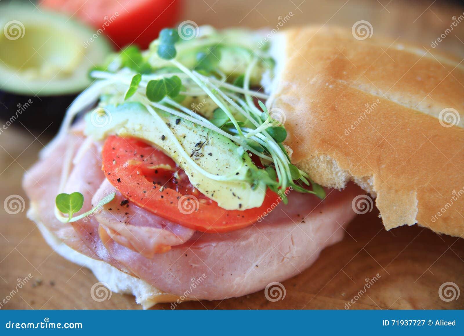 Сандвич с ветчиной и авокадоом