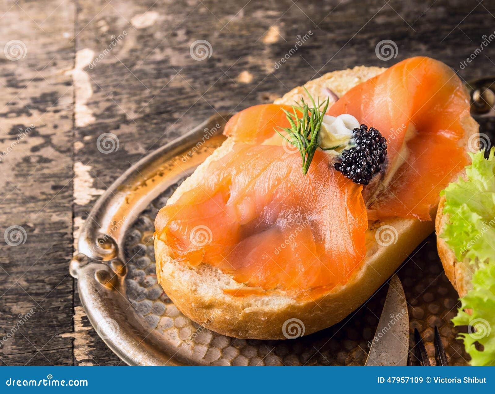 Сандвич с копчеными семгами и икрой белуги