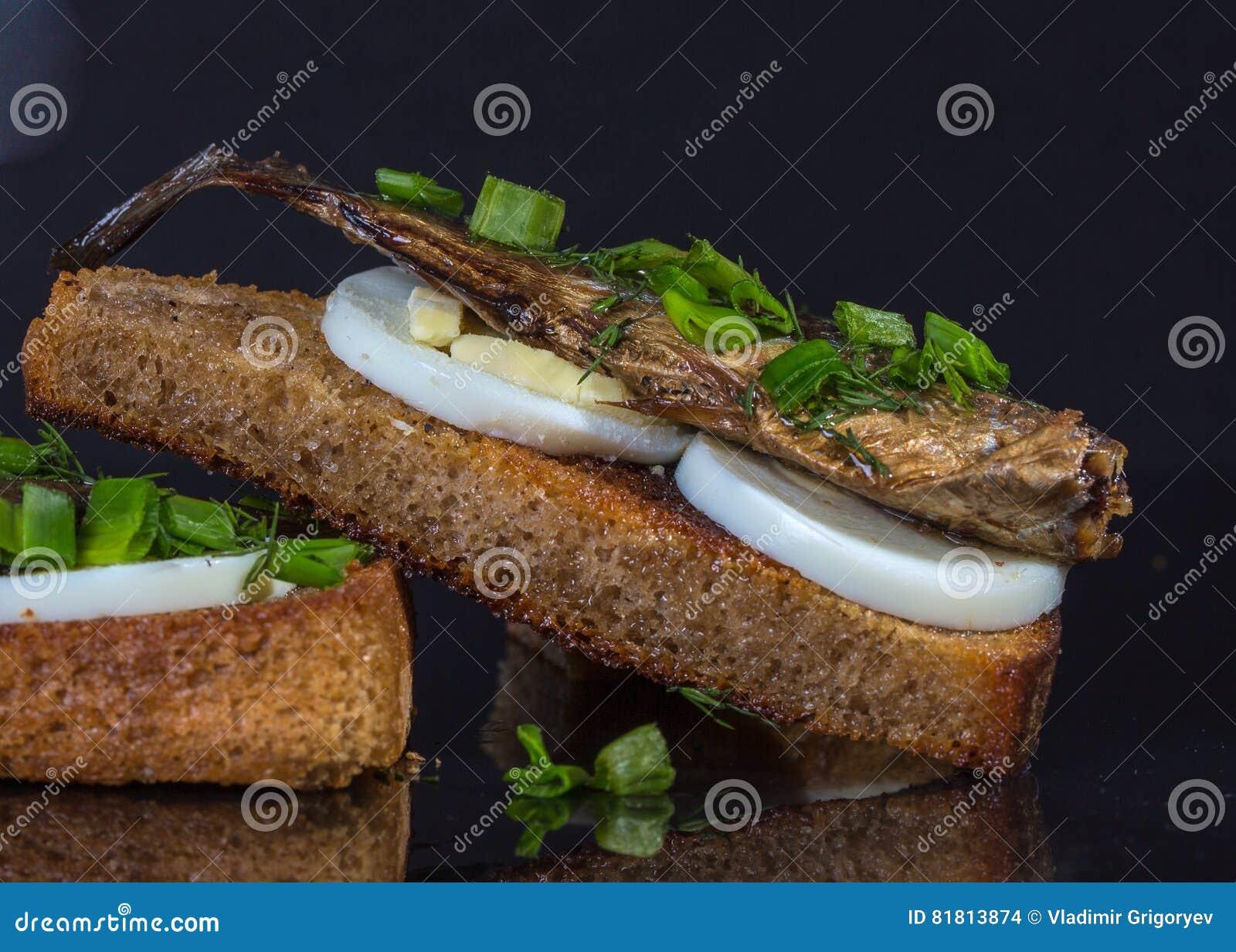 Сандвич с яичком и шпротинами