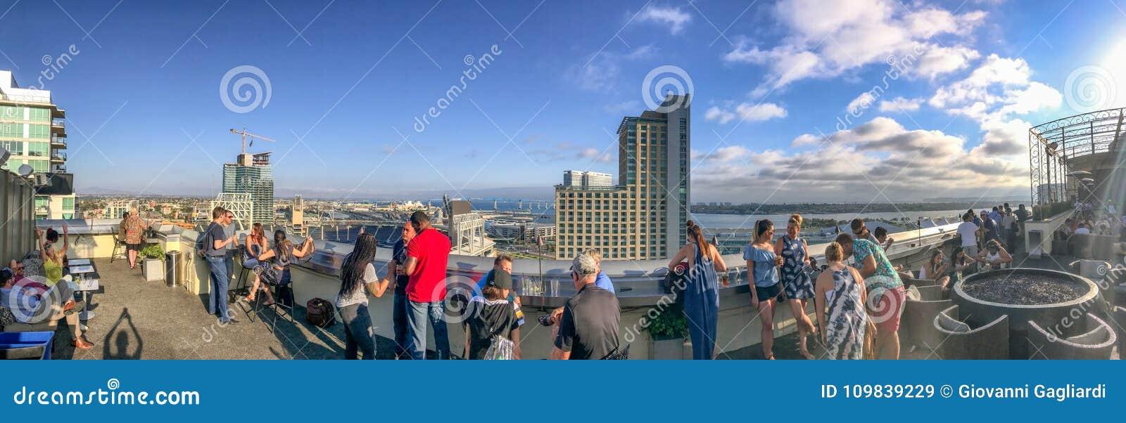 САН-ДИЕГО, CA - 30-ОЕ ИЮЛЯ 2017: Туристы на крыше наслаждаются городом