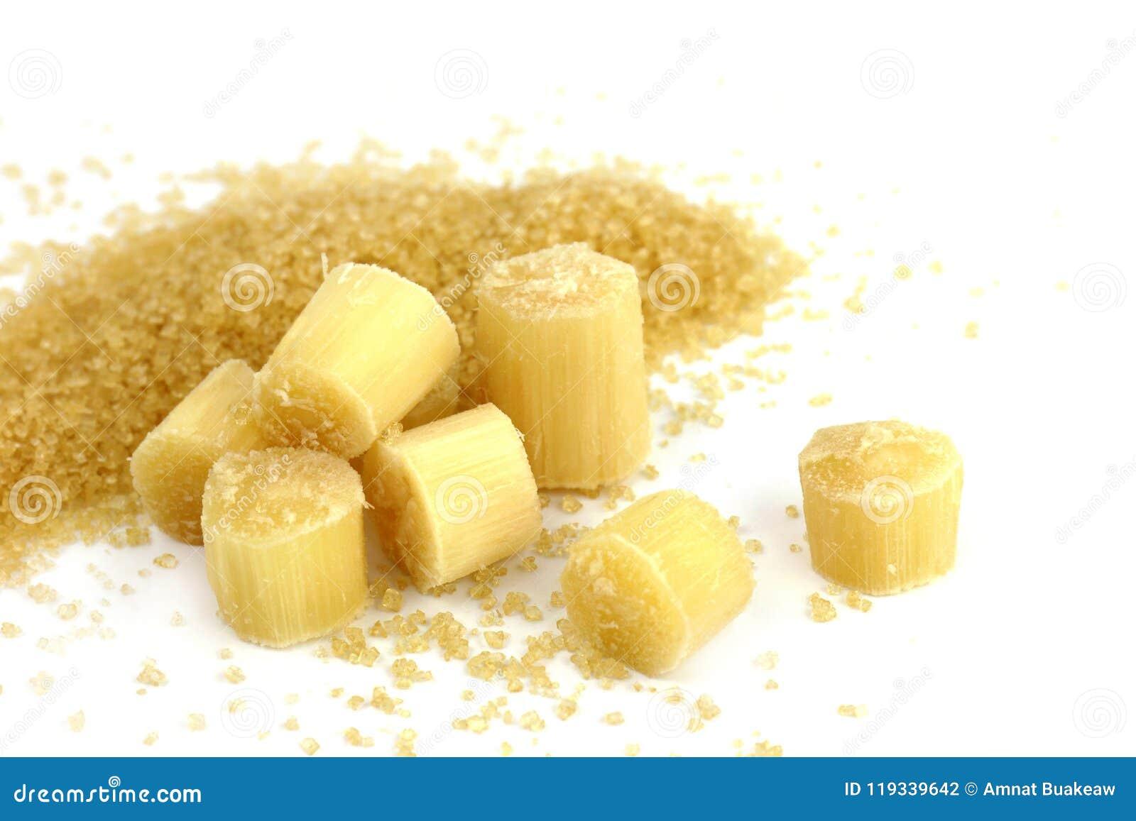 Сахар и сахарный тростник, часть сахарного тростника отрезанная и сахар сахарного тростника раздробленная изолированная на белой