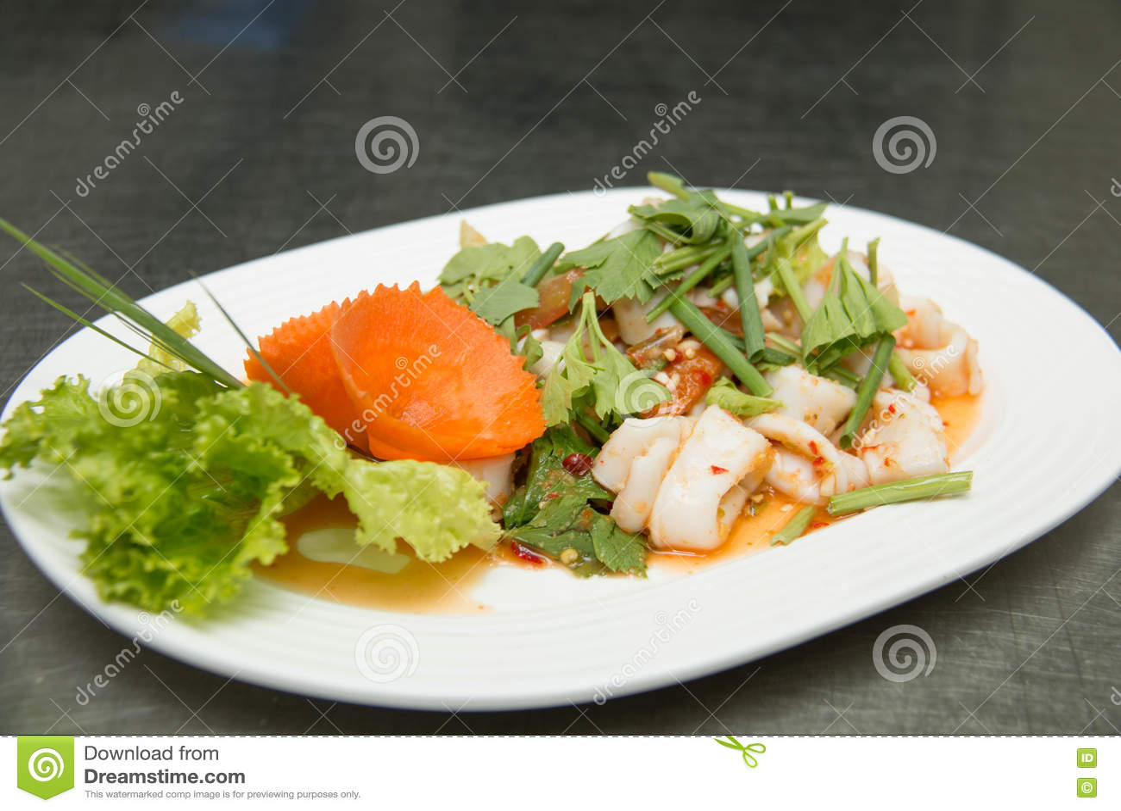 Download Салат кальмара на белой плите Стоковое Изображение - изображение насчитывающей еда, пряно: 72295505