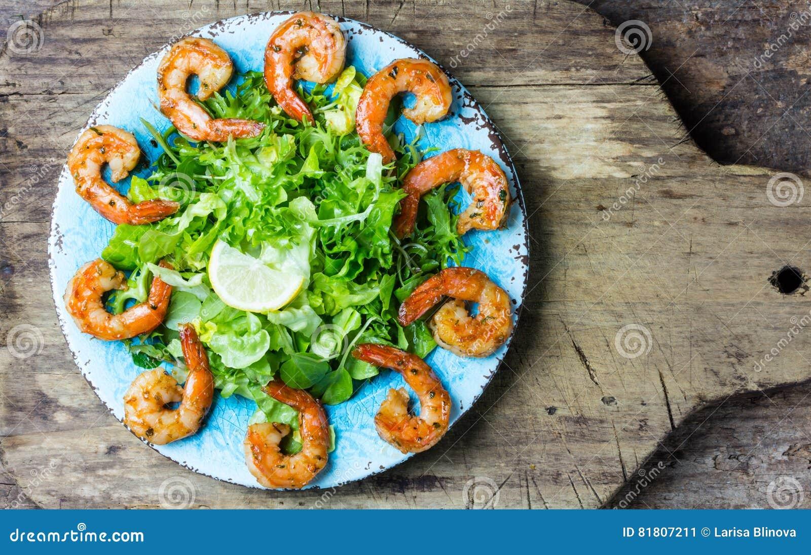 Салат салата креветки морепродуктов на голубой плите