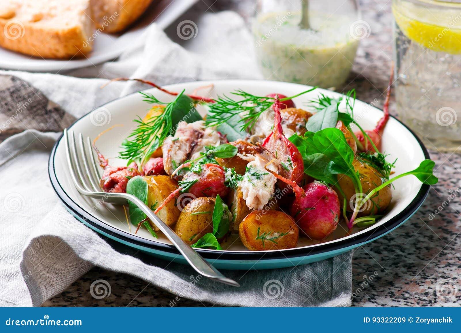 Салат скумбрии новой картошки редиски жаркого поперченный
