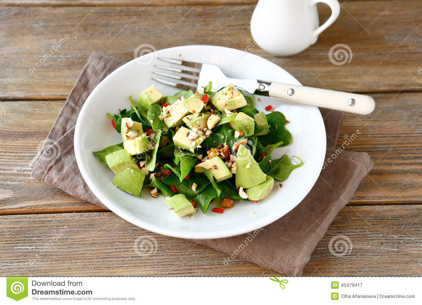 Салат с авокадоом, шпинатом и гайками в белом шаре