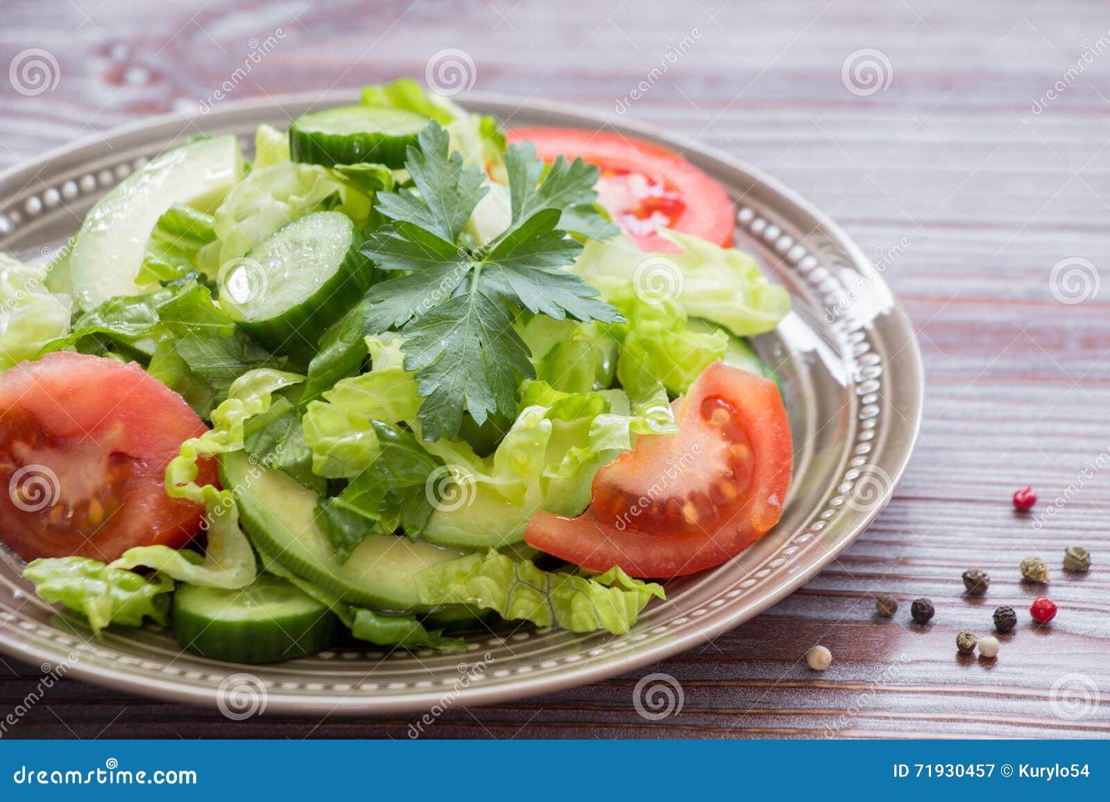 Салат, томат, огурец, салат авокадоа для обеда