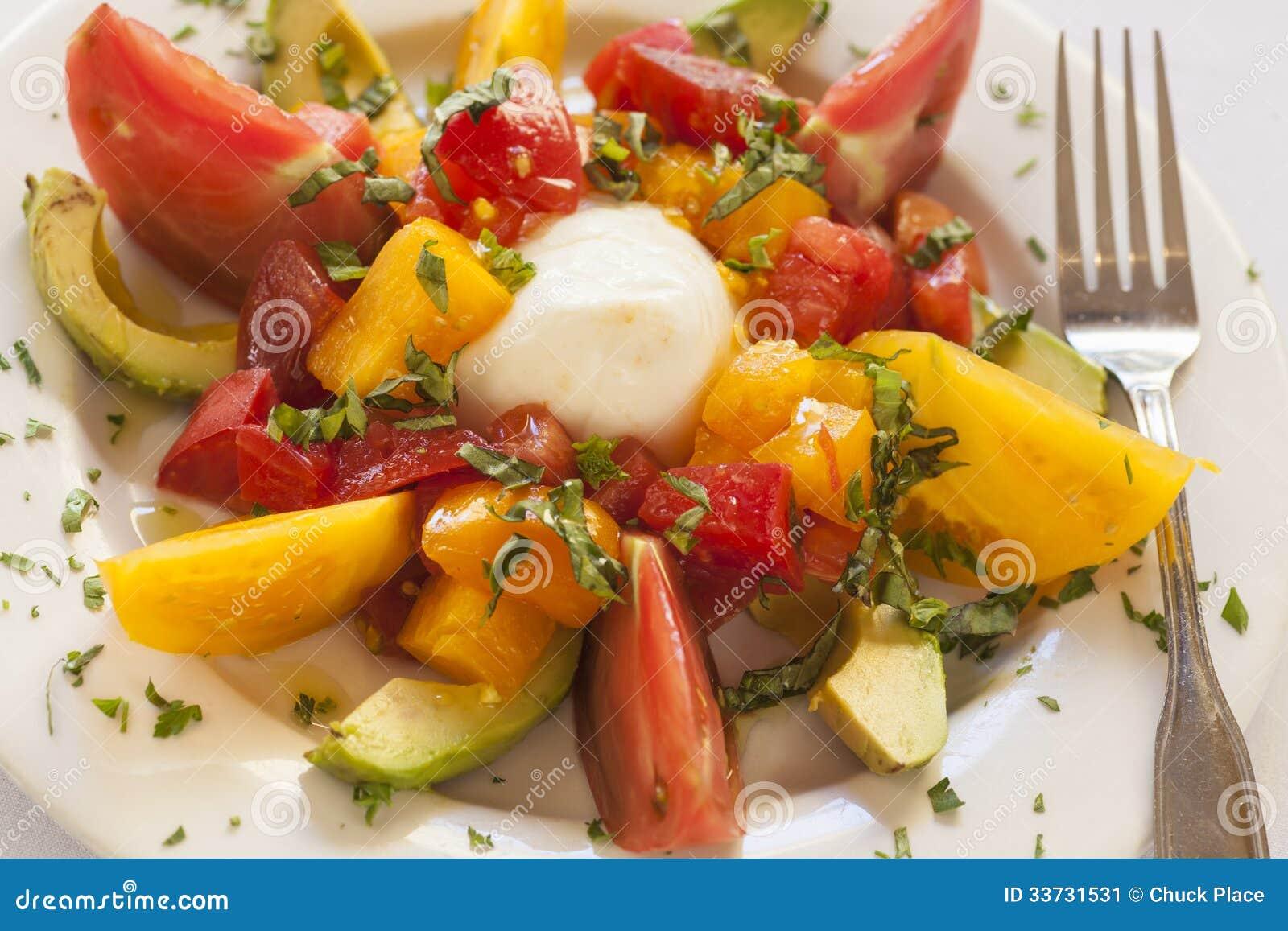 Салат Caprese с сыром, томатом и авокадоом